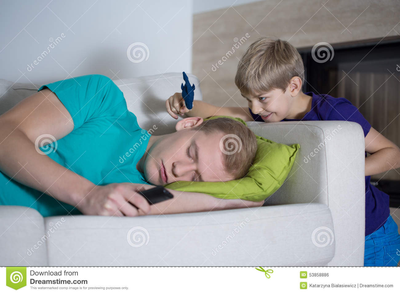 Sleeping dad doesn t care about his son