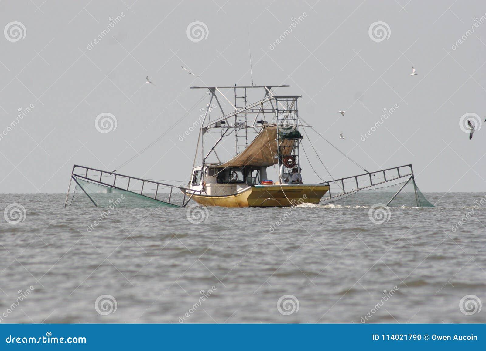 Slepende boot die garnalen in Vermillion baai in Louisiane vangen