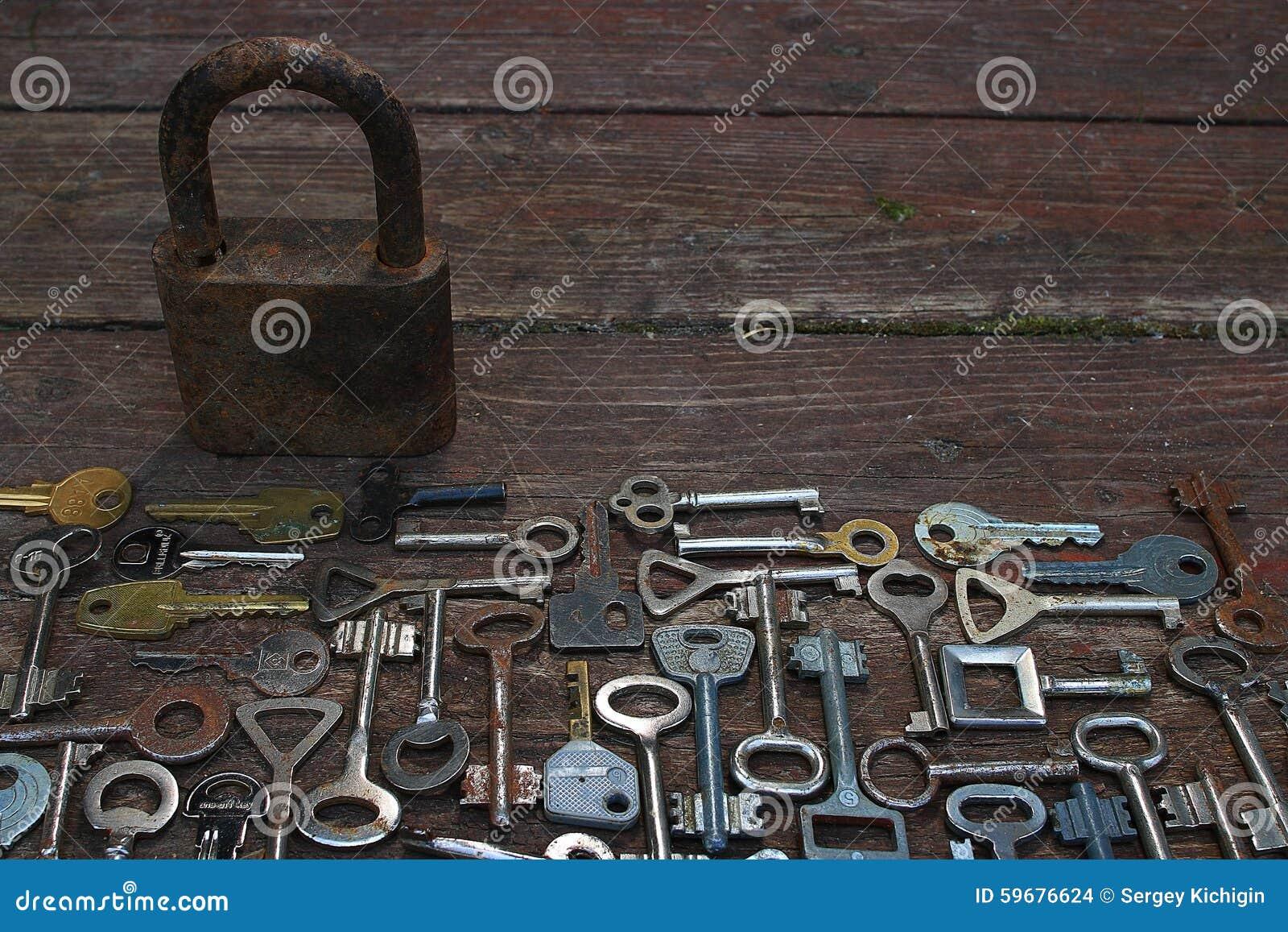 Sleutels op houten achtergrond