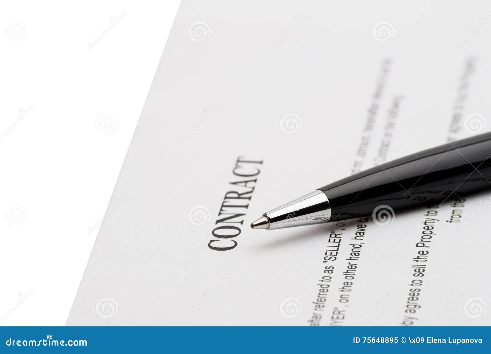 Een Nieuw Huis : Sleutels van een nieuw huis en een pen op contract stock afbeelding