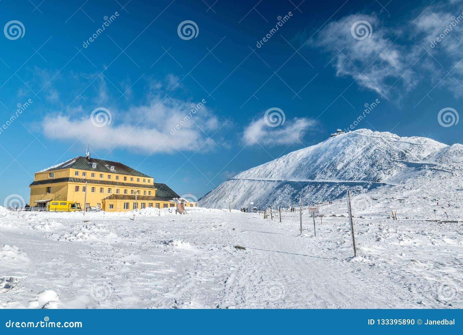 Slezsky dum Slaski dom与Snezka峰顶的山小屋后边在一好日子在冬天,Krkonose山,波兰捷克语