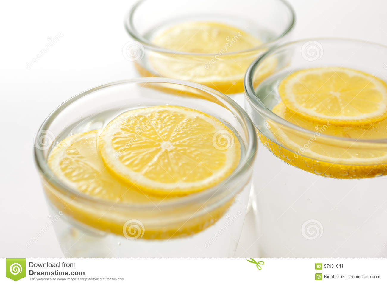sliced-lemon-with-water