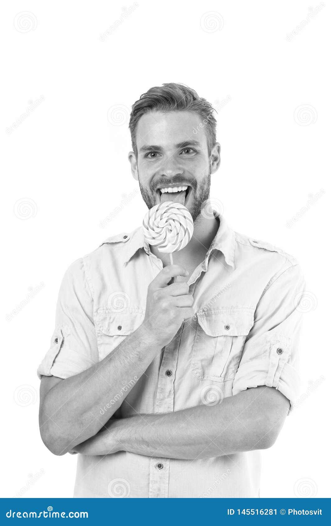 Slicka det Stilig sk?ggig grabb f?r man som ler, medan slicka godisen K?nner sig det macho gladlynta leendet f?r grabben lyckligt