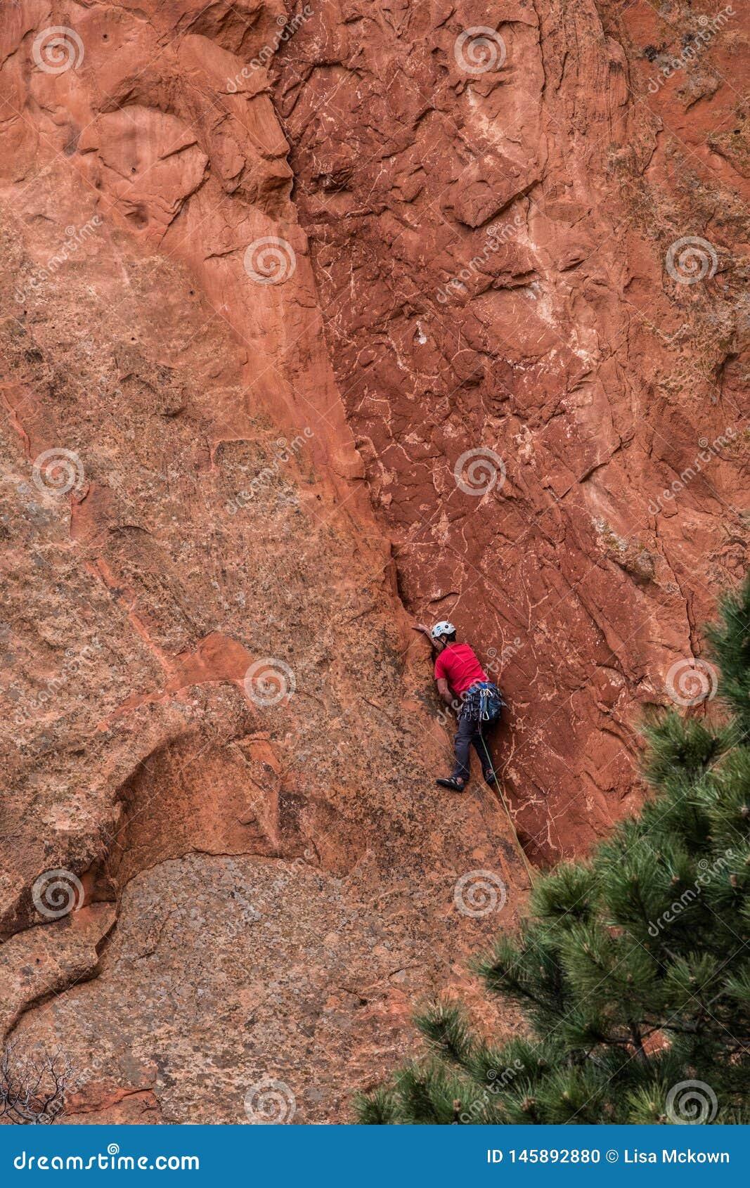 Slifee de la roca de la escalada en el jardín de las montañas rocosas de Colorado Springs de dioses