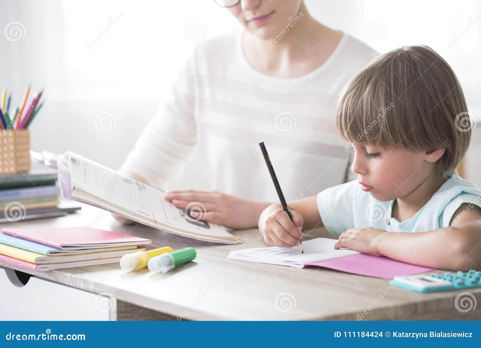 Slim kind die thuiswerk doen