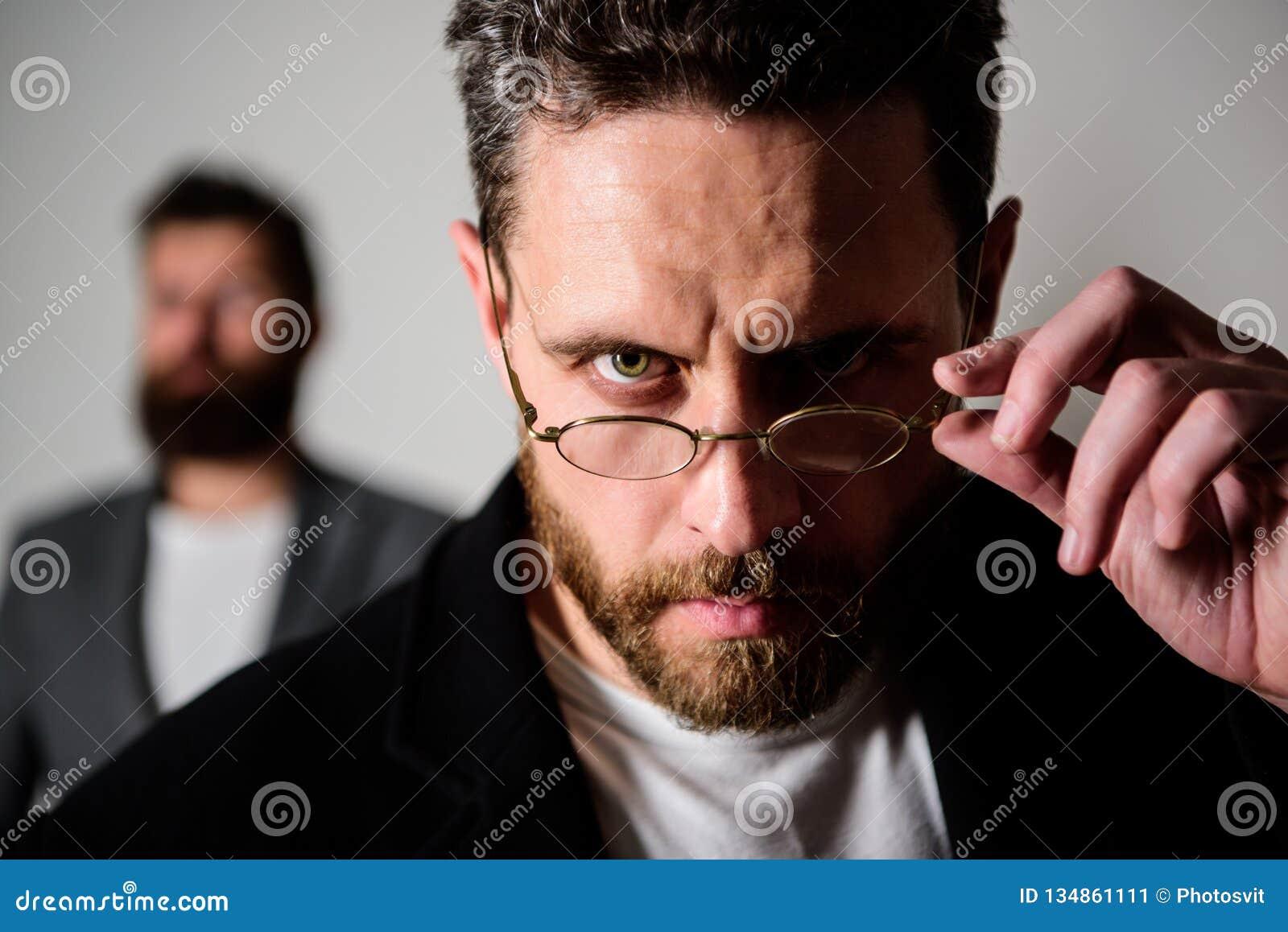 Slimme blik Toebehoren voor slimme verschijning Nu zie ik alles Aandachtige blik Pietluttige slimme inspecteur Mens