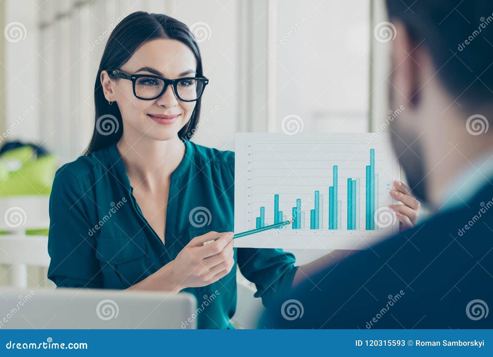 Slimme jonge vrouw in glazen die grafiek tonen aan haar zaken partn