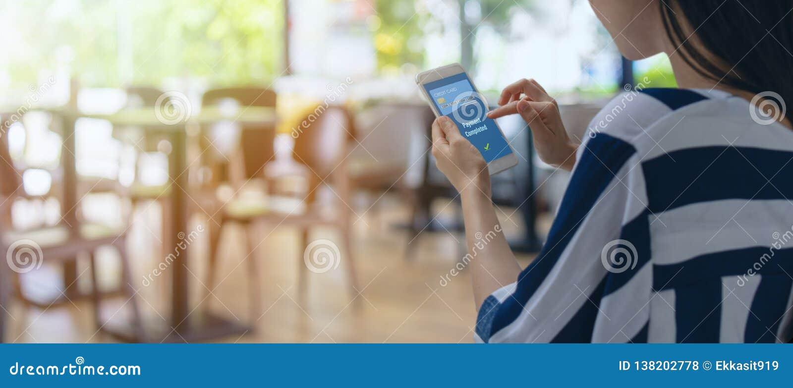 Slimme kleinhandels in futuristische iottechnologie marketing concepten, klantengebruik mobiel aan betaling het product via mobie