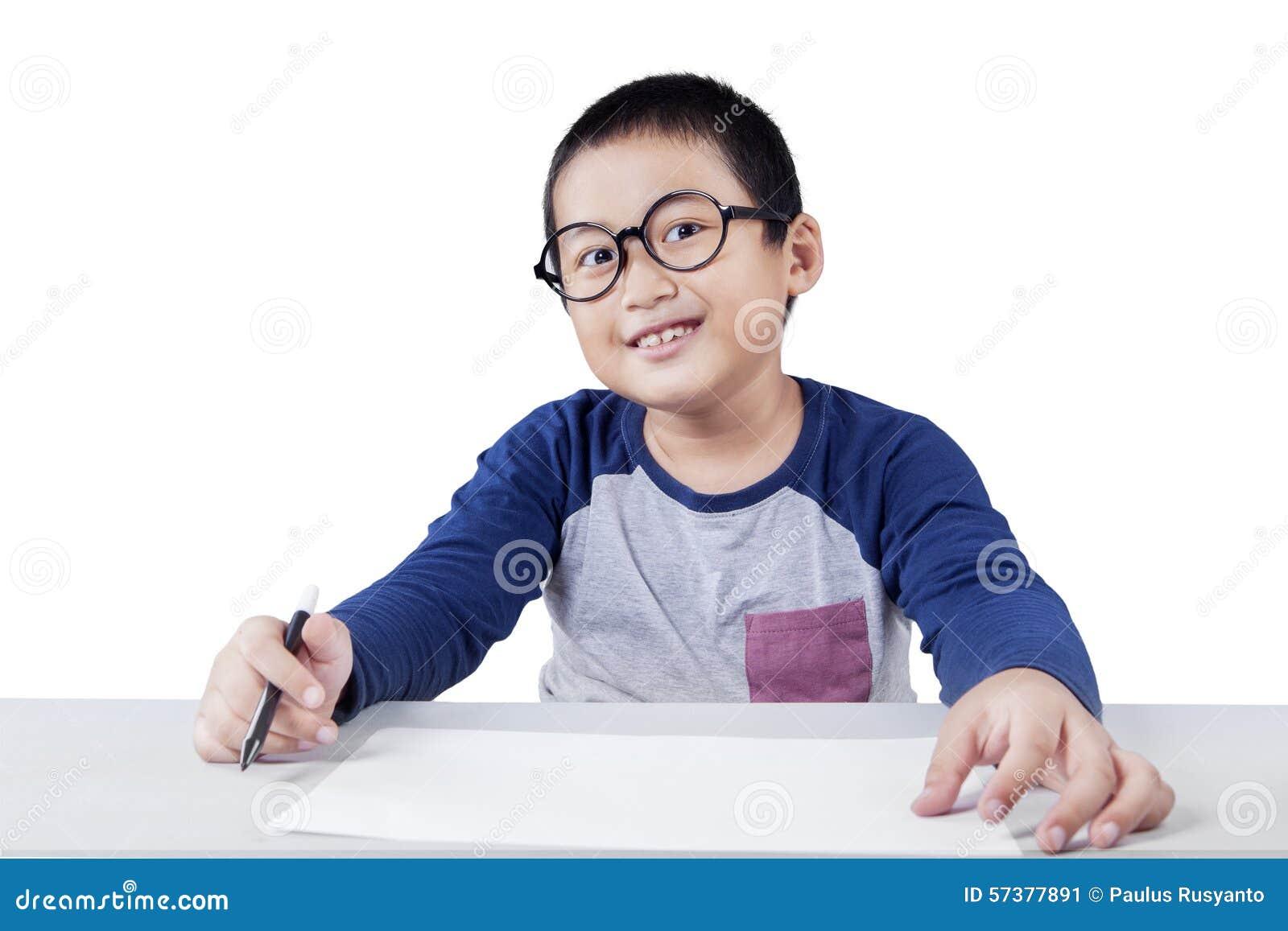 Slimme schooljongen die op de camera glimlachen