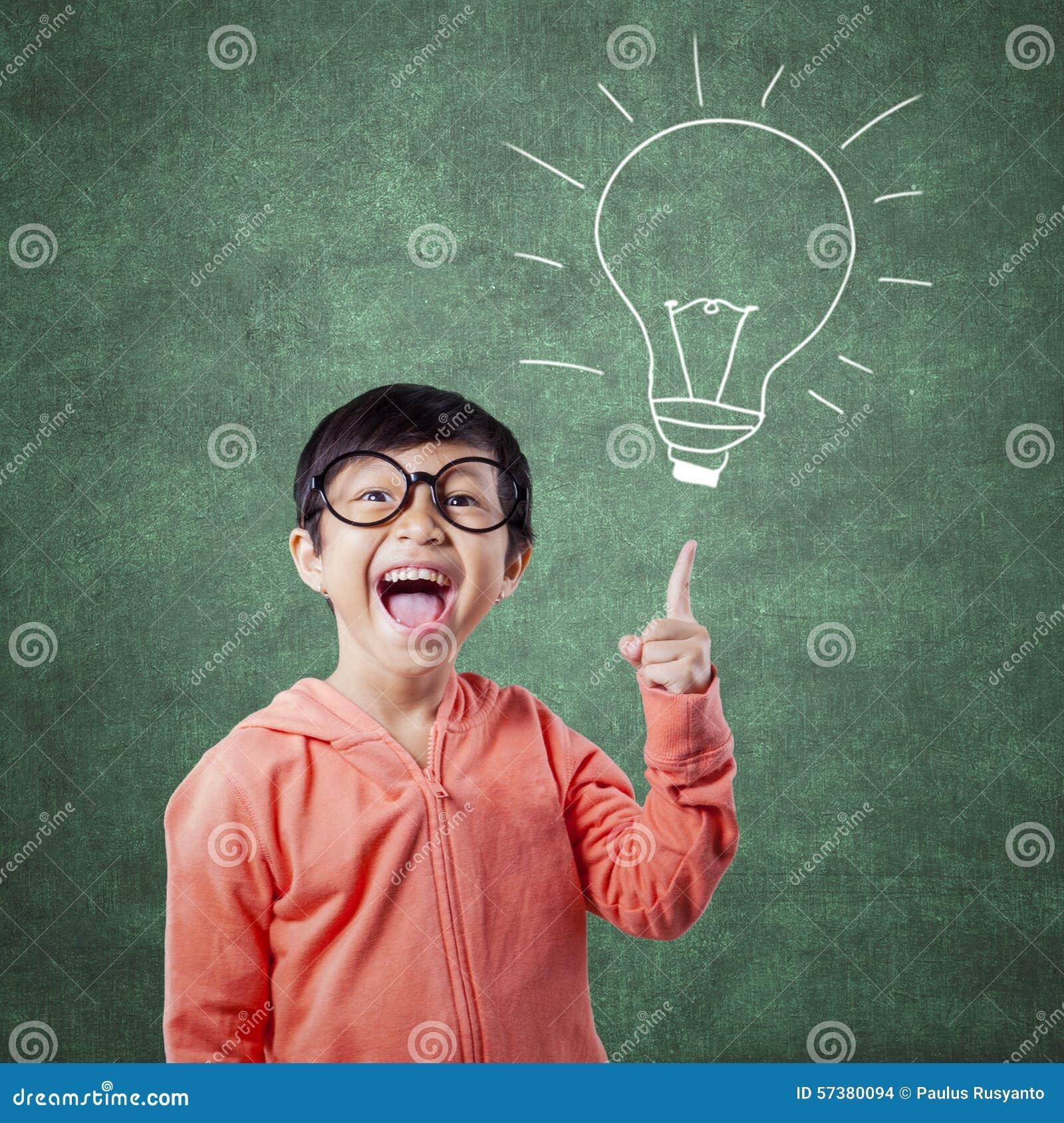 Slimme student die op lampbeeld richten