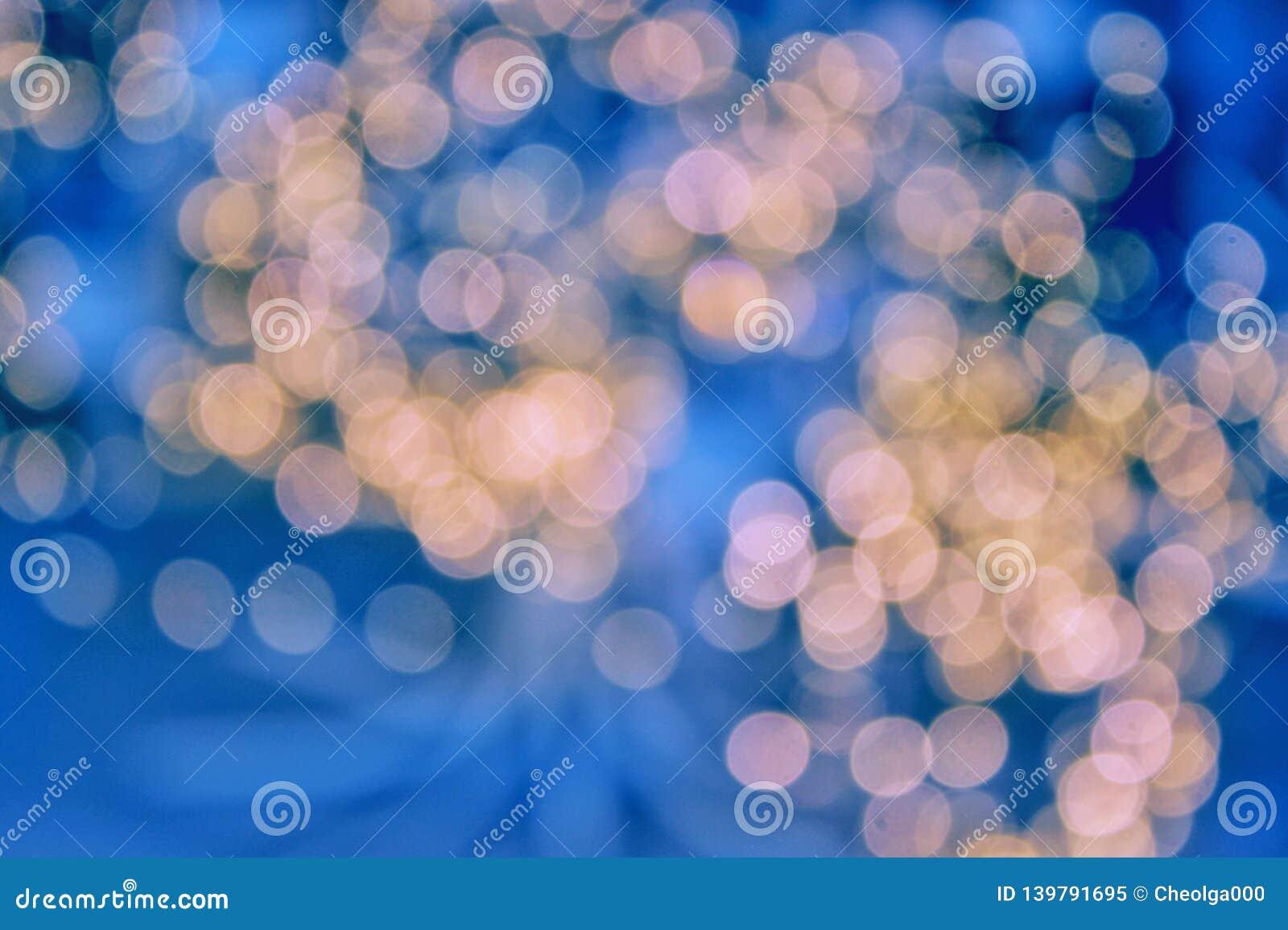 Slingerlichten, vakantieavond, blauwe achtergrond, het gloeien warme lichten Zachte nadruk