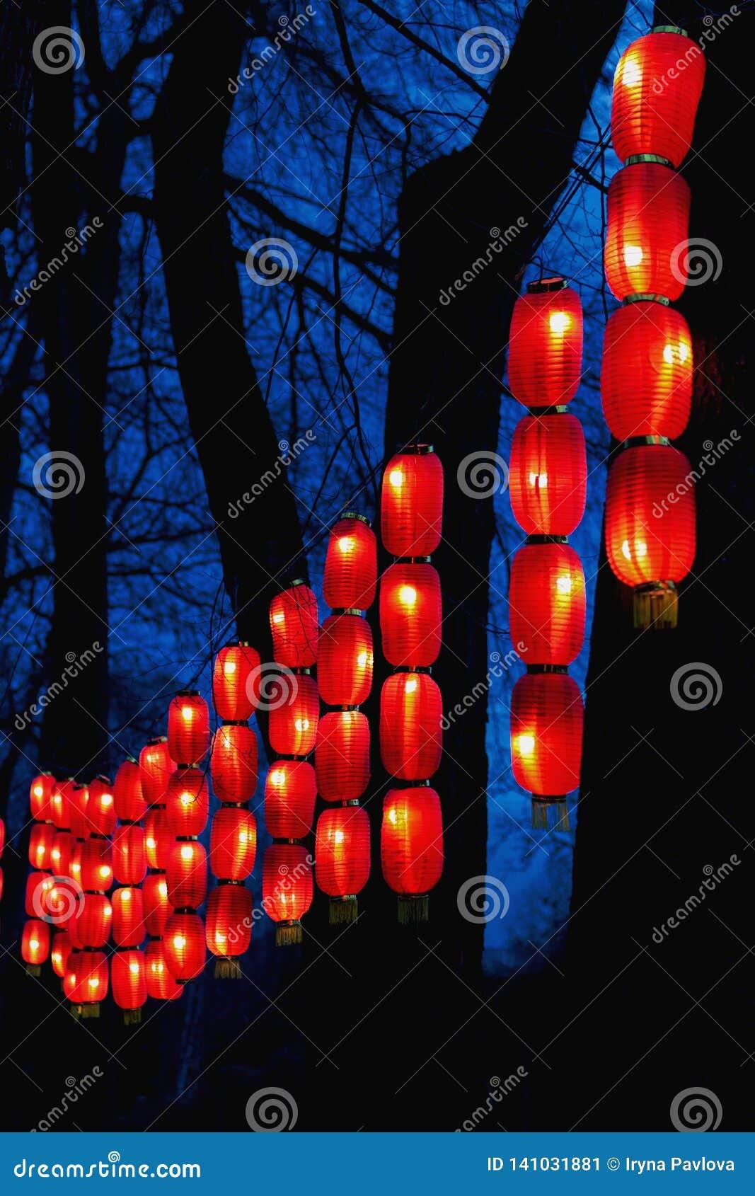 Slingers van rode Chinese lantaarns voor het Nieuwjaar