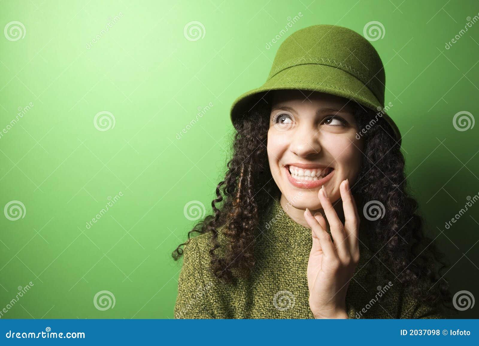 Slitage kvinna för caucasian klädgreenhatt