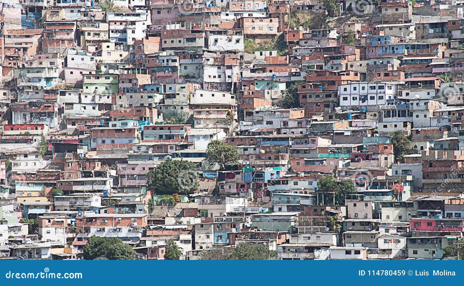 Sloppenwijk of Krottenwijk langs helling in Caracas wordt gebouwd dat