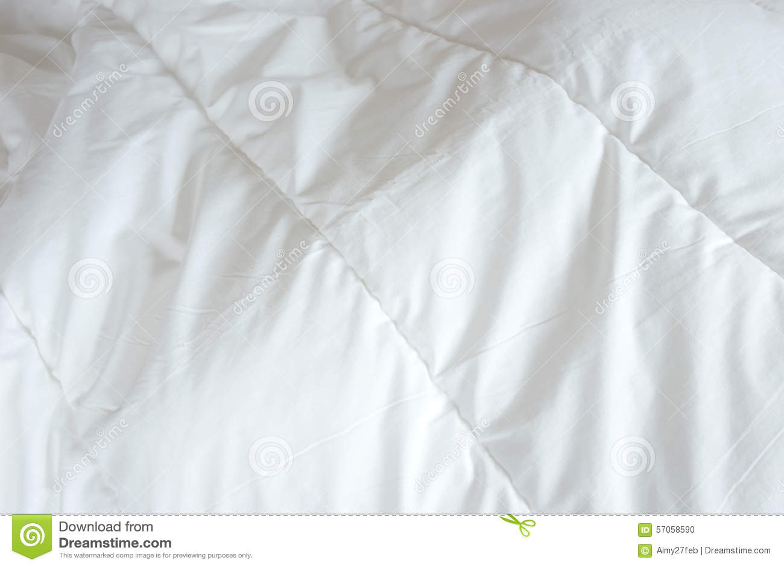 Slordig bed, witte deken voor achtergrond