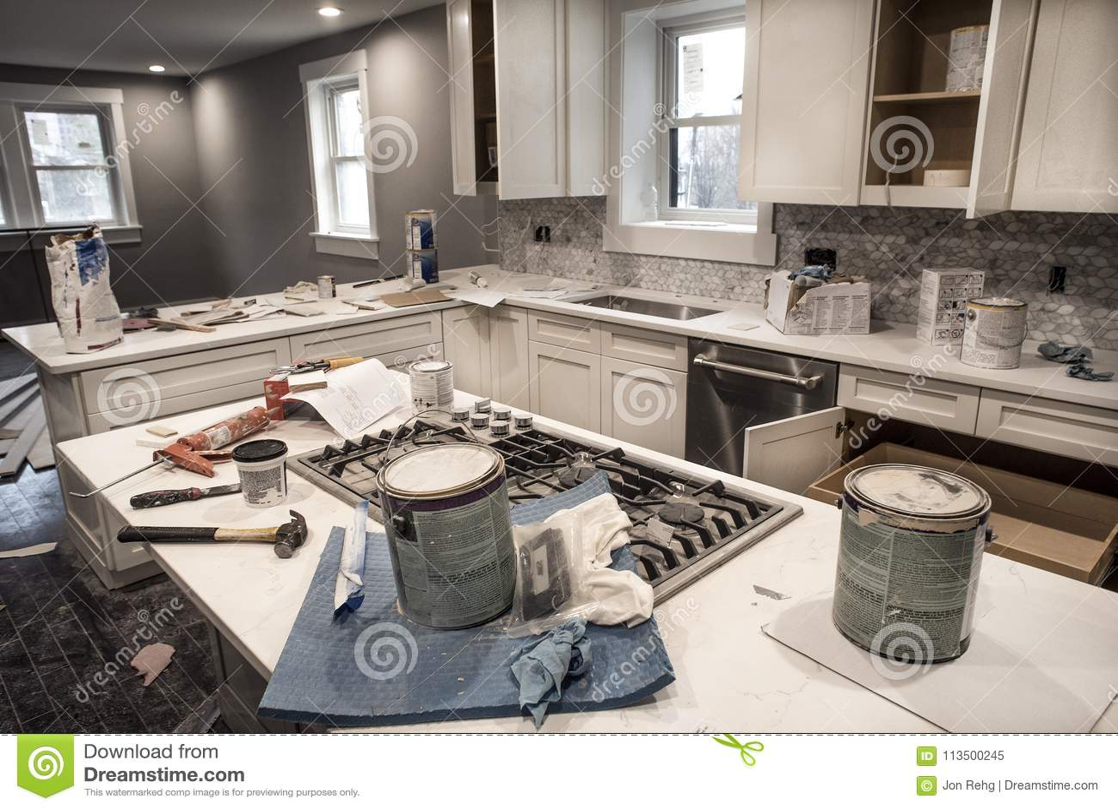 Slordige huiskeuken tijdens het remodelleren van fixeerstof - bovenleer met keukenkastdeuren