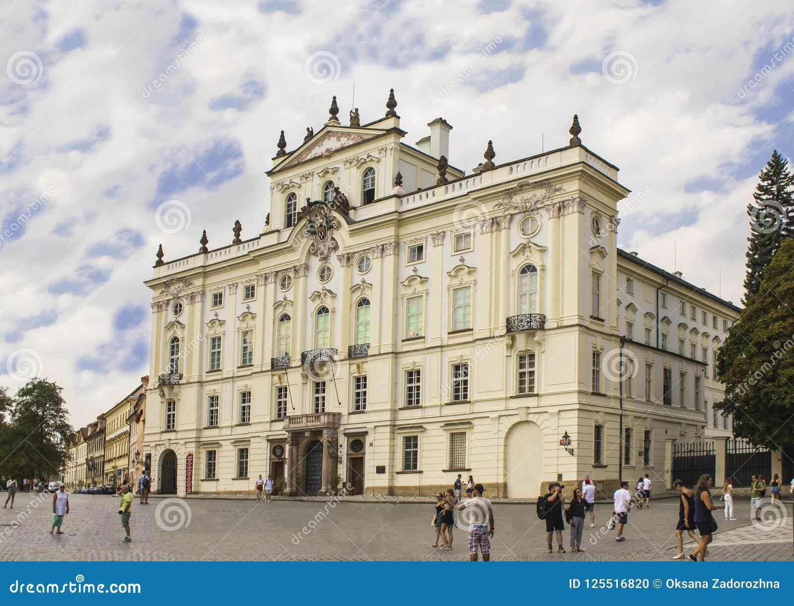 Slott för ärkebiskop` s bredvid den Prague slotten