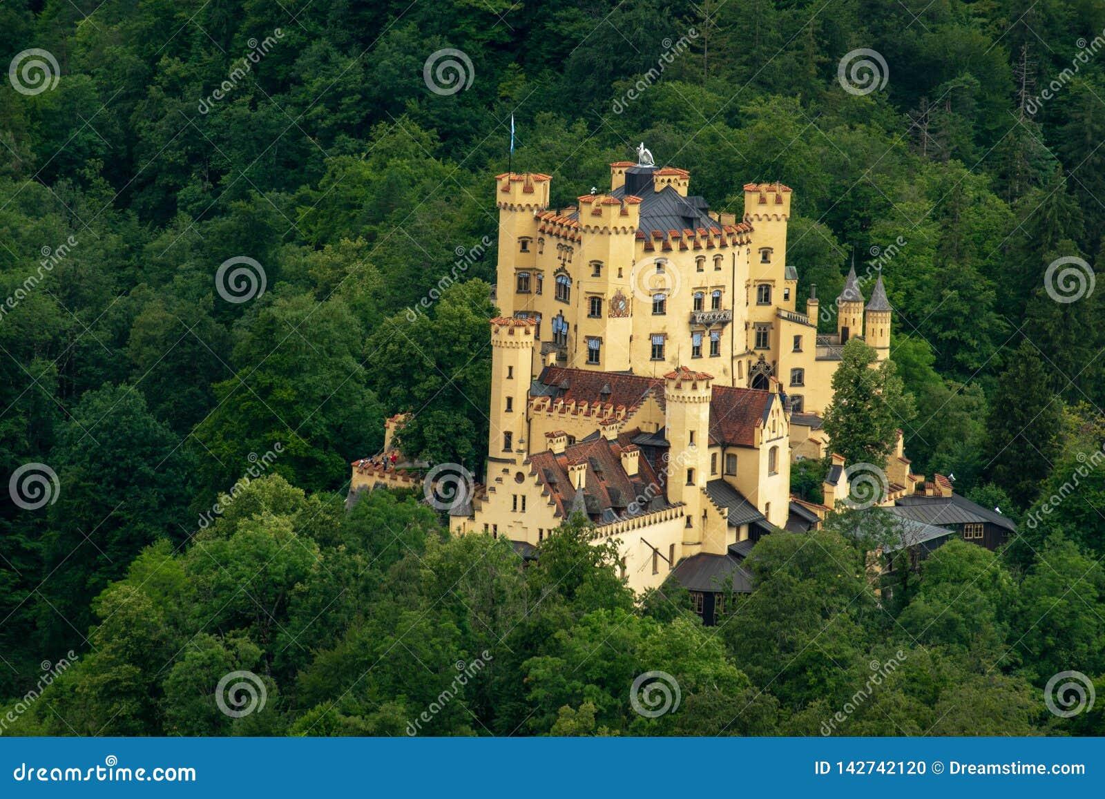 Slott i mitt av en skog i Tyskland