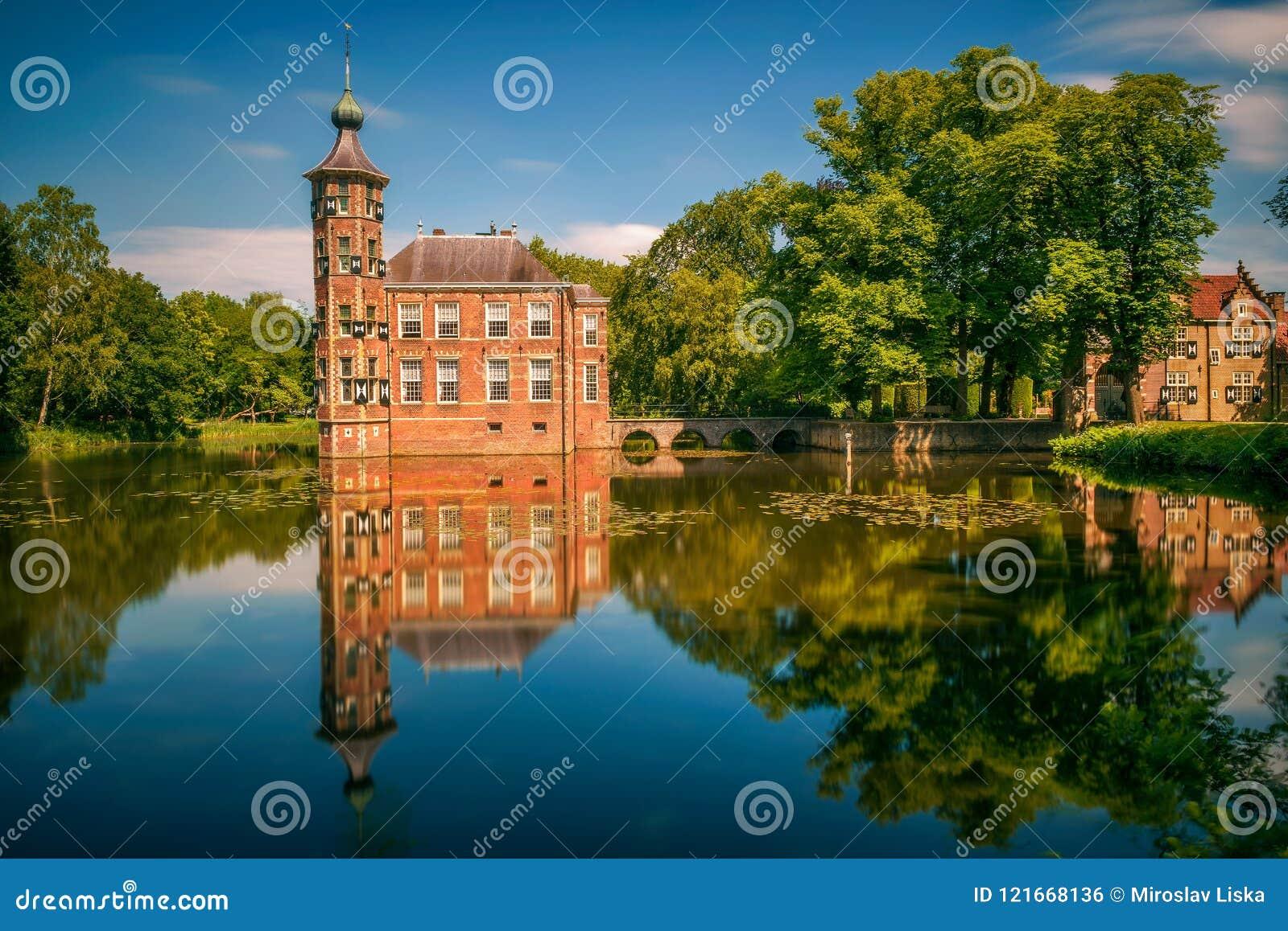 Slotten Bouvigne och omge parkerar i Breda, Nederländerna