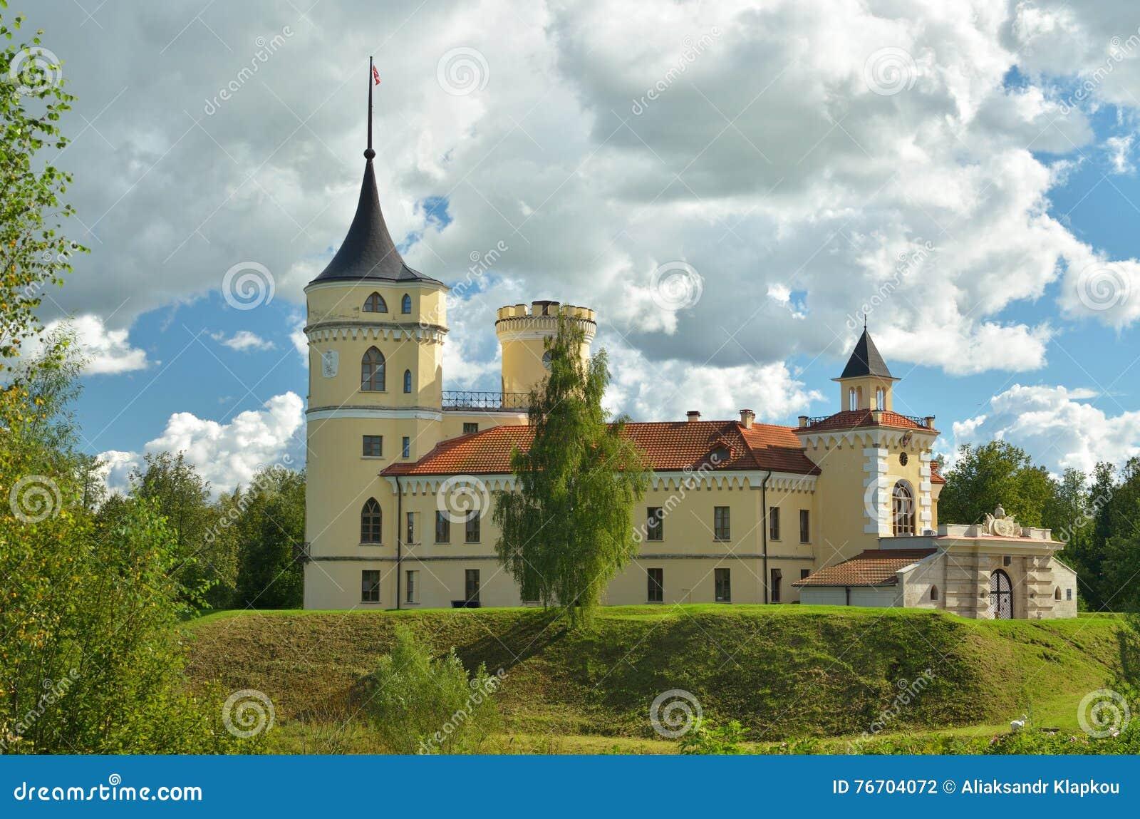 Slotten står på en kulle