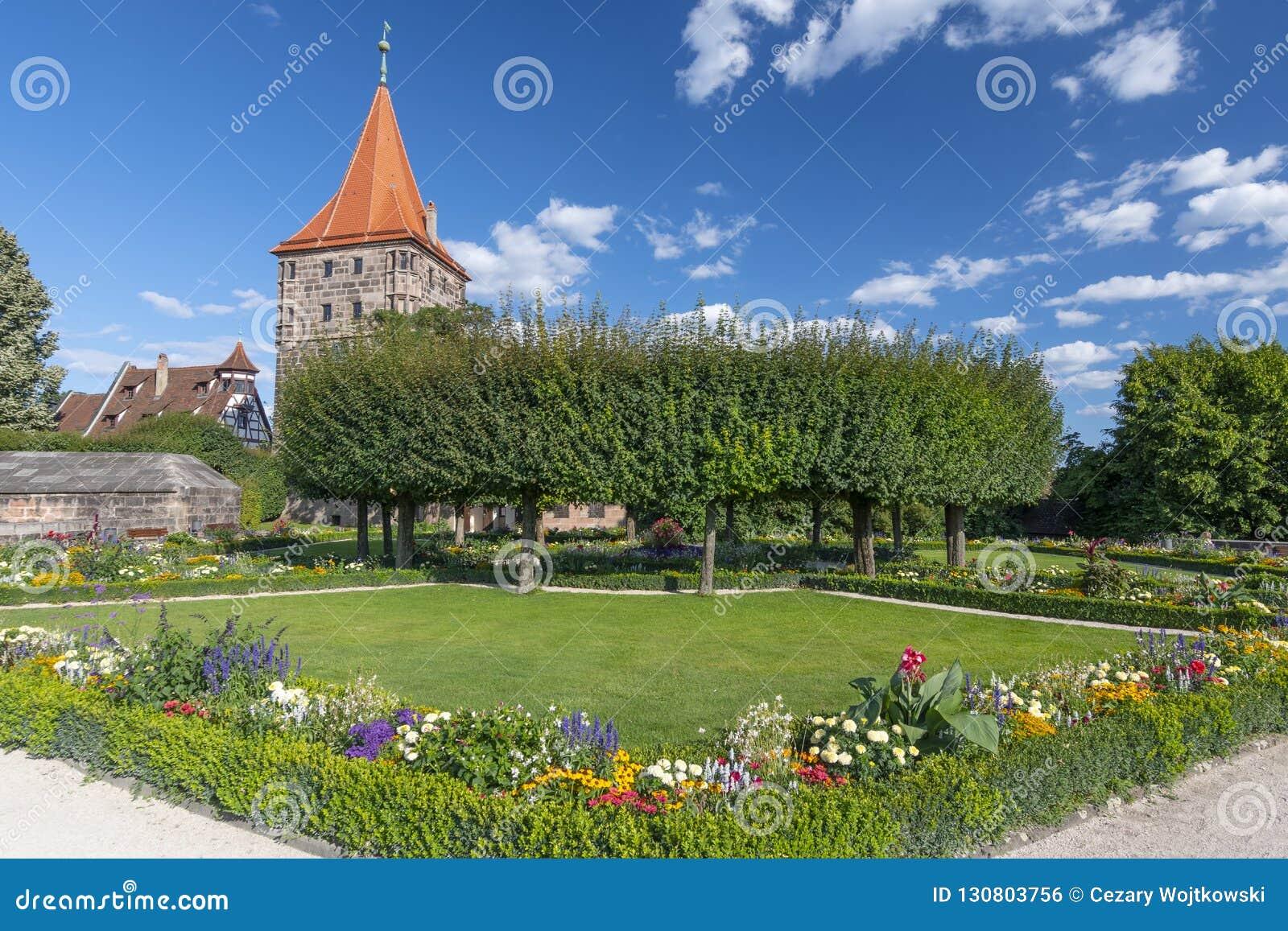 Slottträdgård i lägre bastion, den imperialistiska slotten och Tiergartnertor, Nuremberg, Franconia, Bayern, Tyskland
