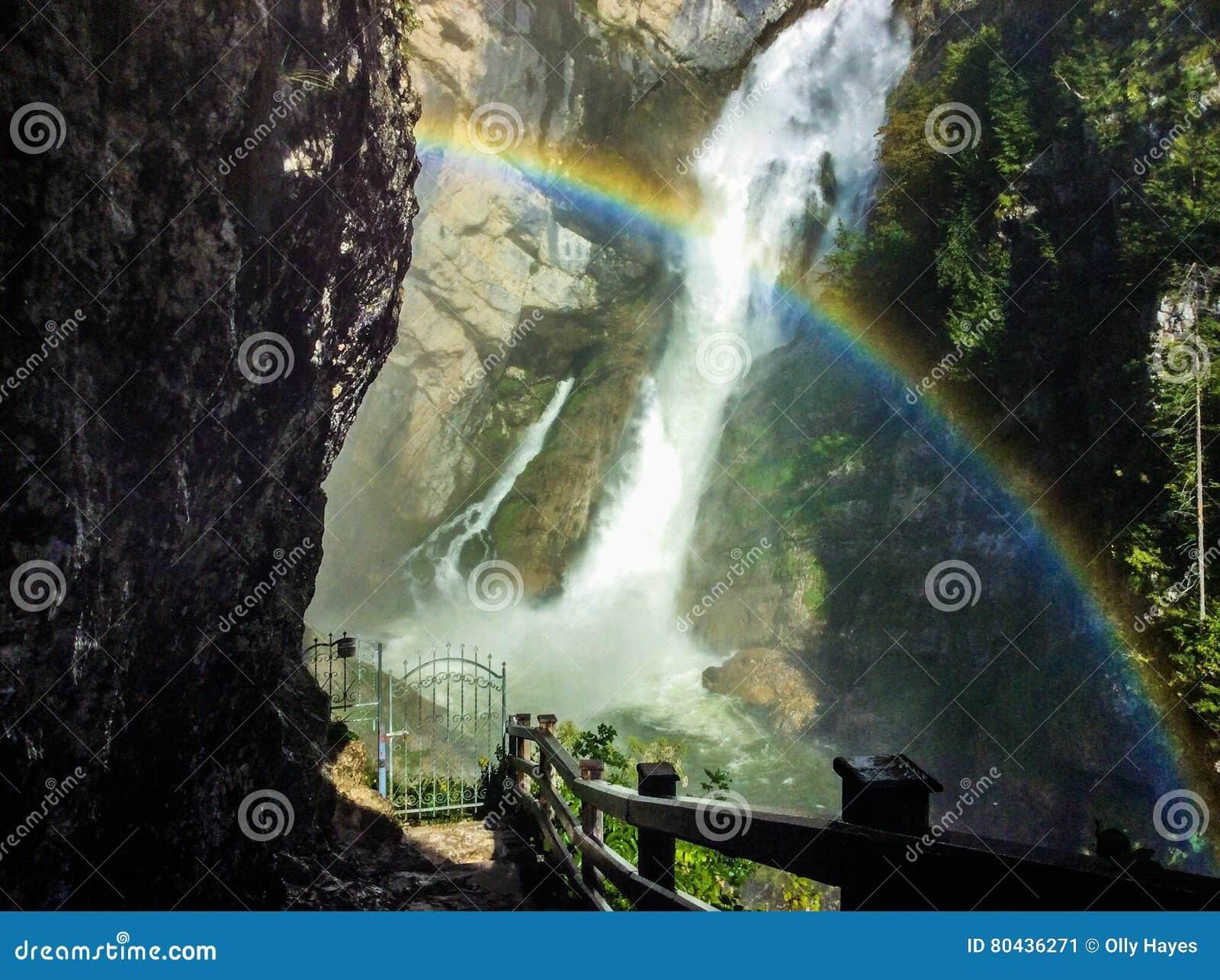 Slovenien regnbåge med en vattenfall