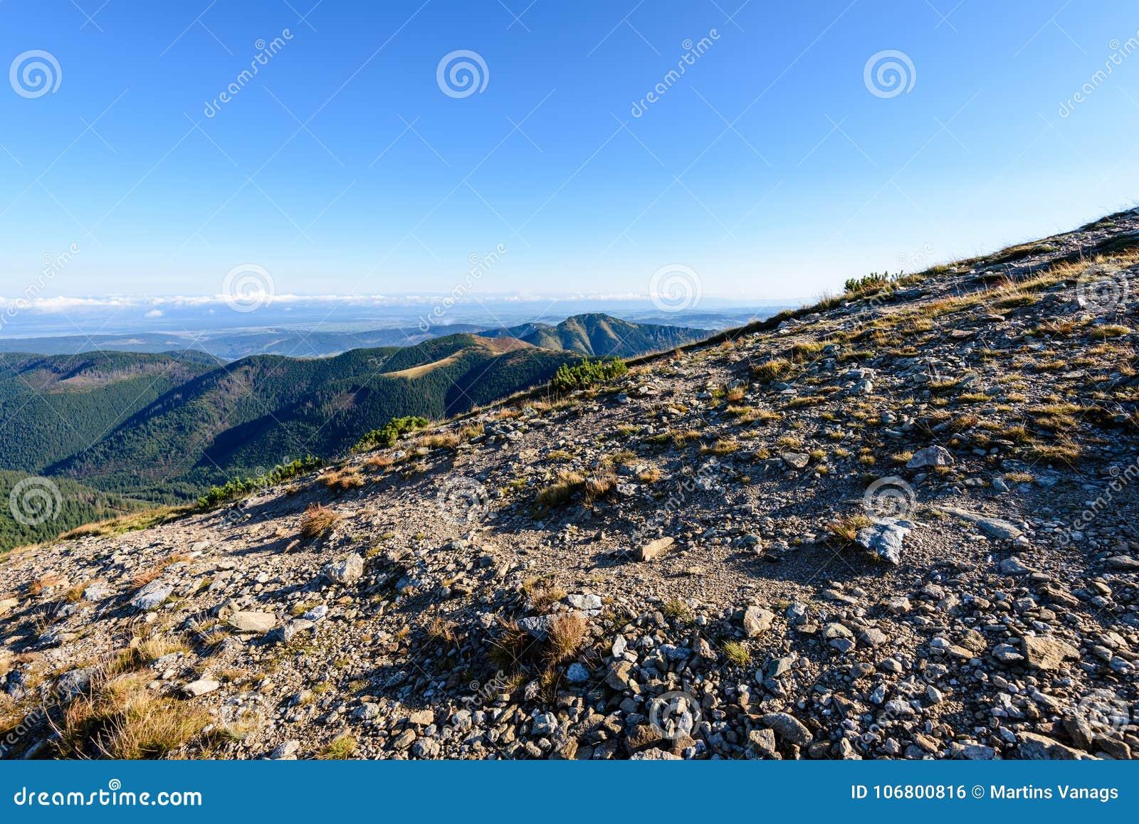 Download Slowakische Karpatenberge Im Herbst Sonnige Bergkuppen In Der Summe Stockfoto - Bild von sommer, steigen: 106800816