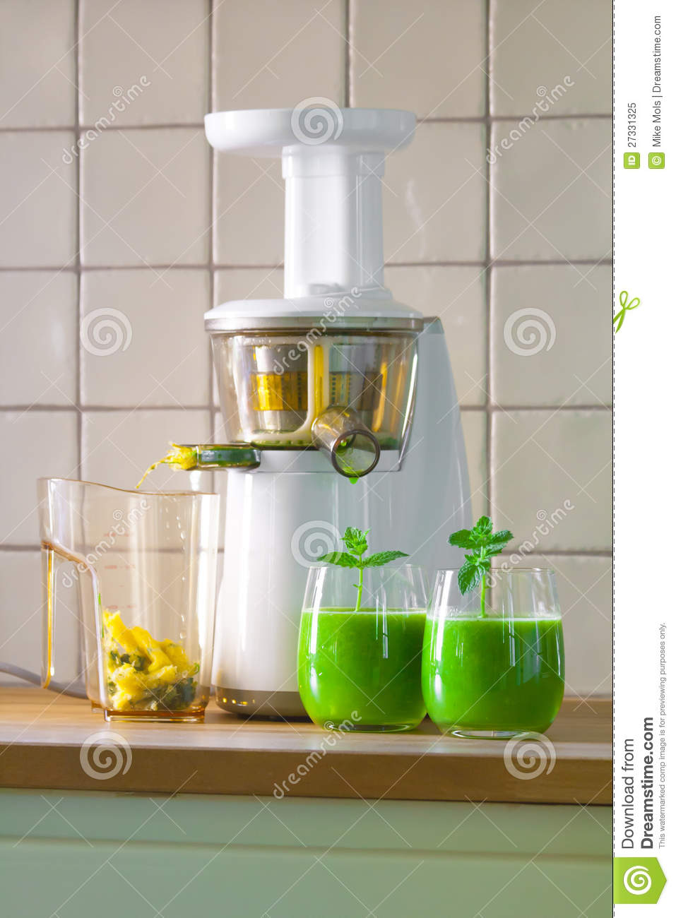 Slow Juicer Wheatgrass : Slowjuicer And Wheatgrass Juice Royalty Free Stock Photo - Image: 27331325