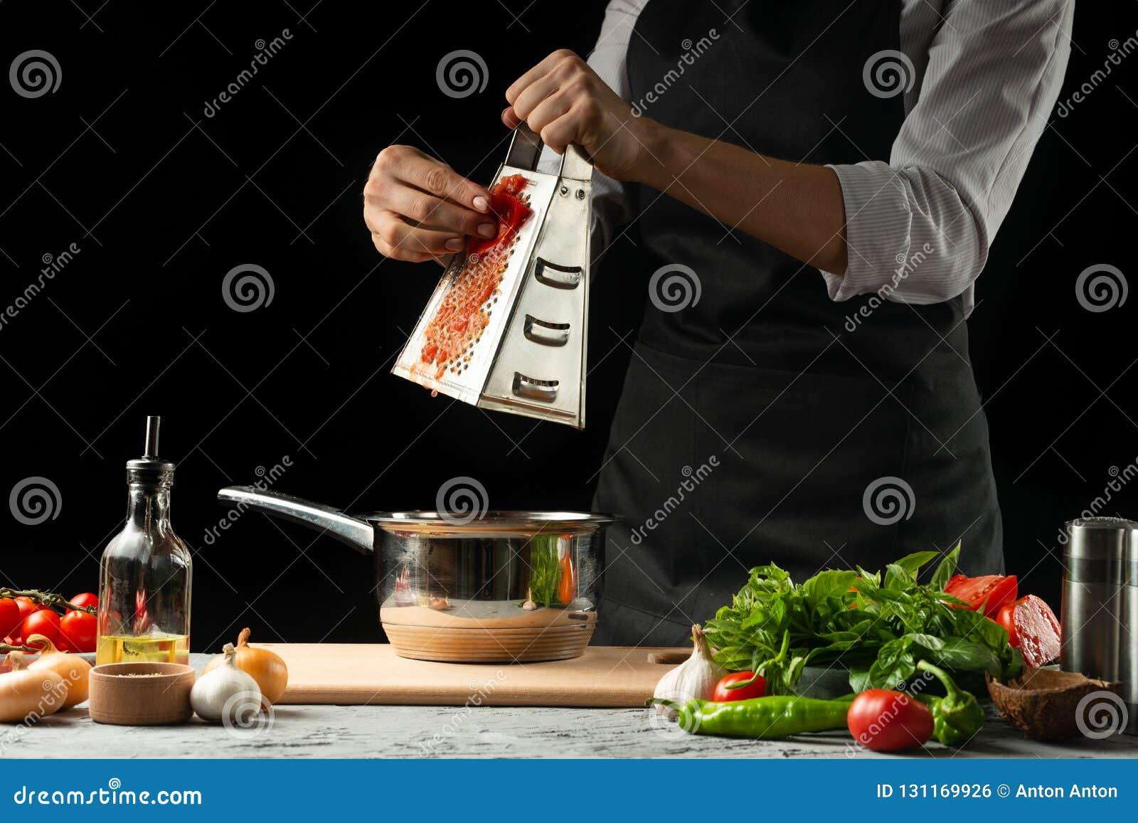 Sluit chef& x27; s handen, die een Italiaanse tomatensaus voor macaroni voorbereiden Pizza Het concept het Italiaanse het koken r