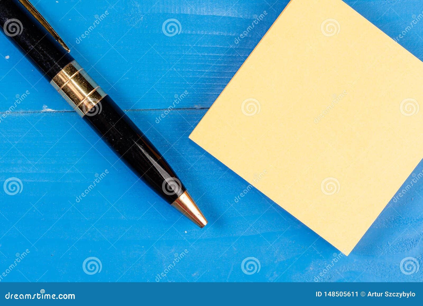 Sluit de mening omhoog gekleurde houten verpletterde pen gaten van achtergrond kleverige notastootkussens Het vierkante document