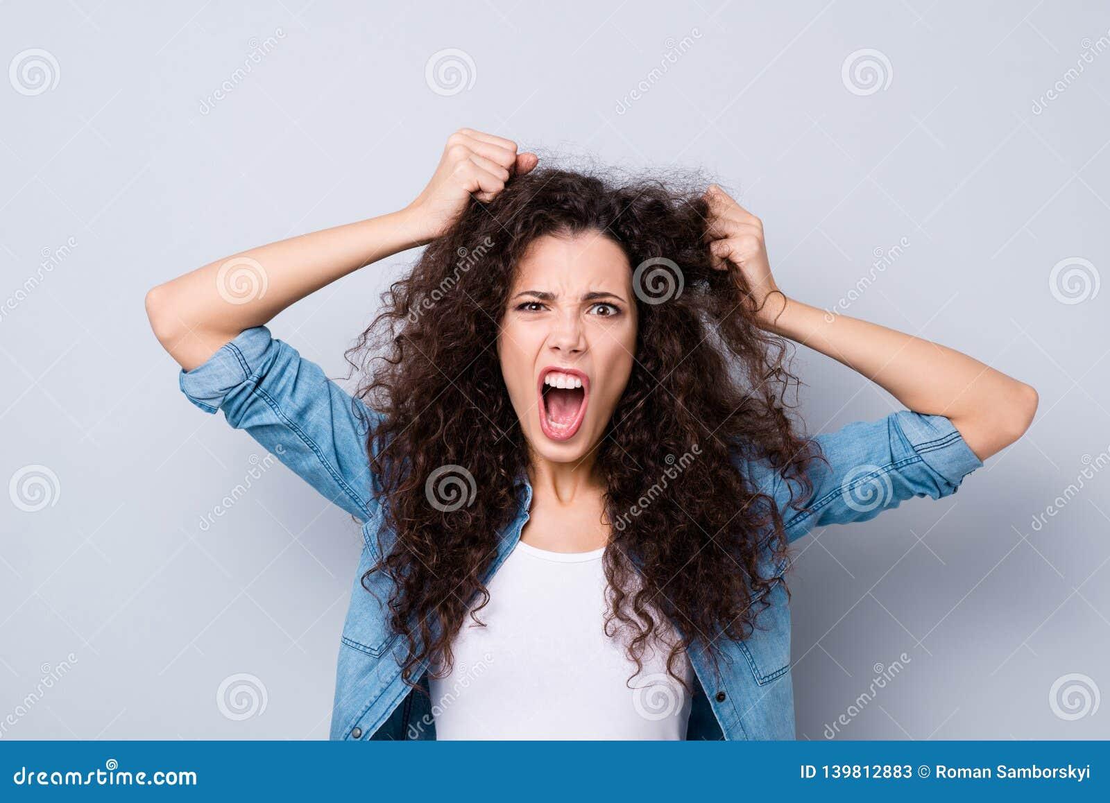 Sluit foto het schreeuwen aantrekkelijk verbazen haar zij de wapens van damehanden uittrekken omhoog haarheldendicht ontbreken ge