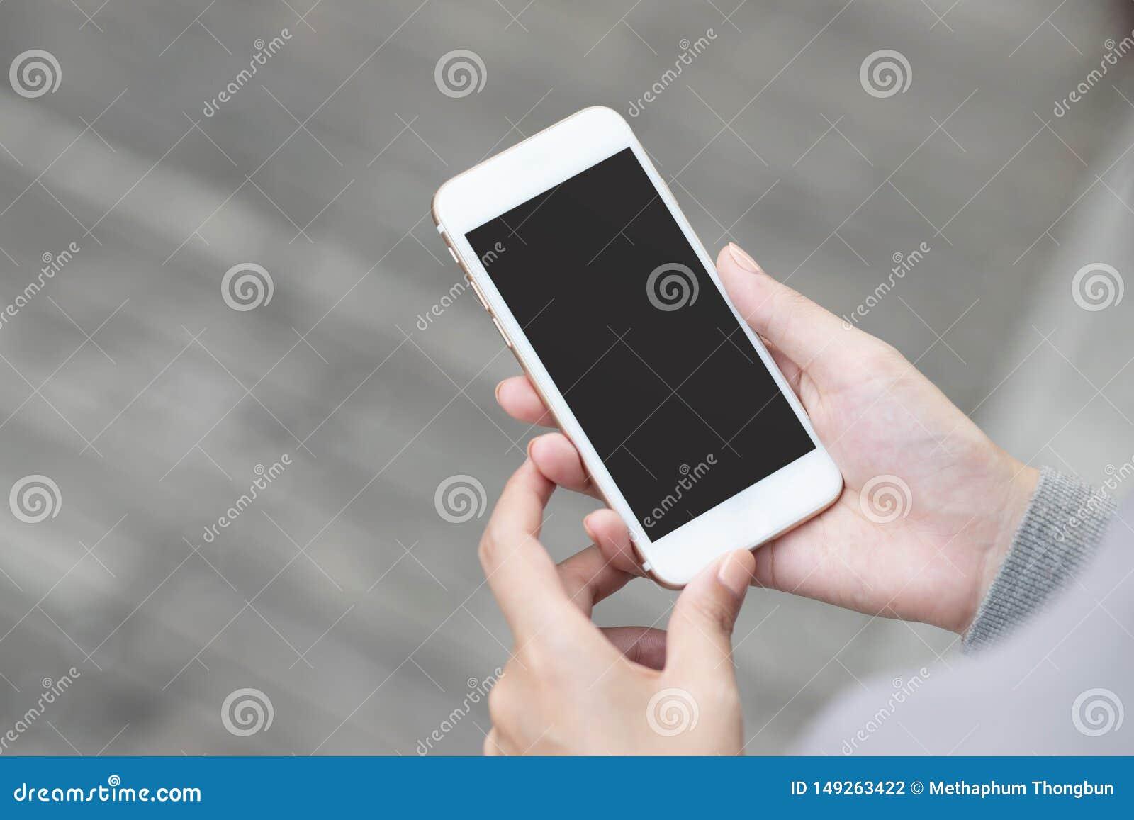 Sluit hand omhoog jonge vrouw in het letten van op bericht op mobiele smartphone tijdens onderbreking het gebruiken van celtelefo