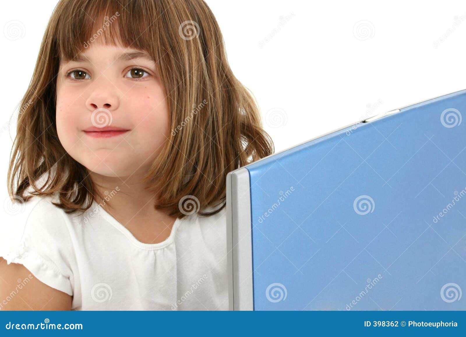 Sluit het Oude Meisje omhoog Van vijf jaar met Laptop