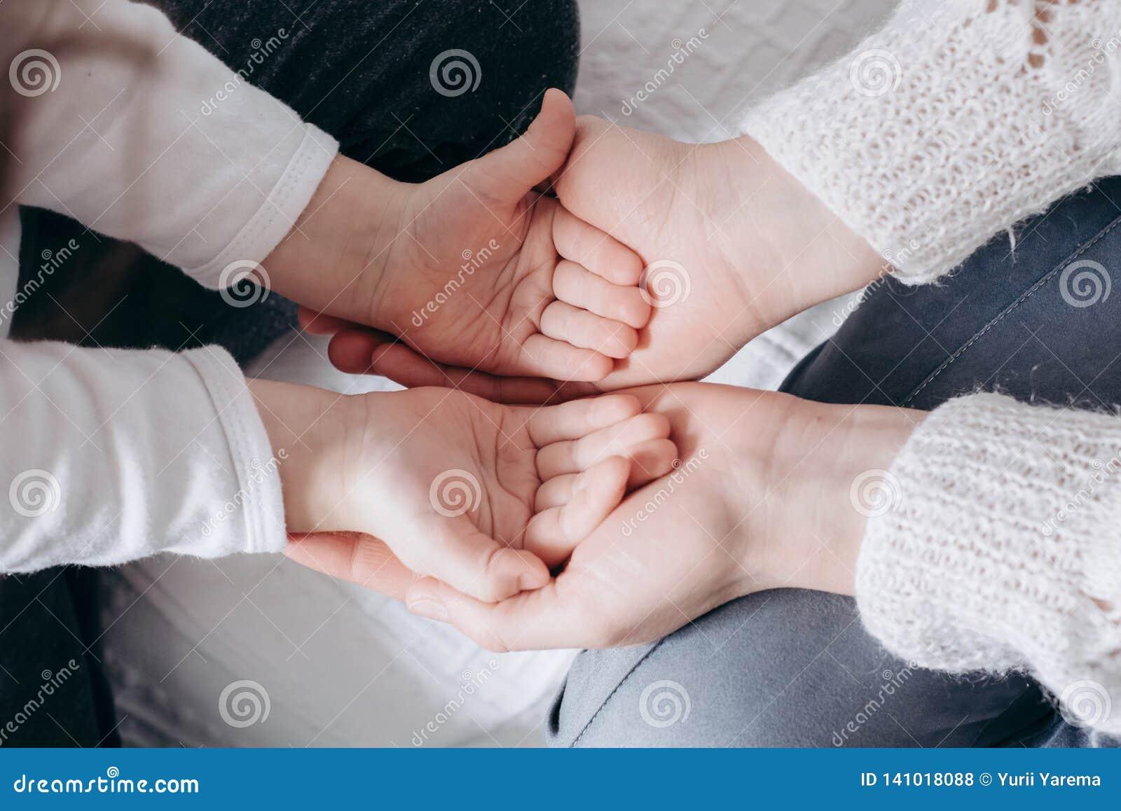 Sluit mening van de handen van de familieholding, houdend van gevend moeder ondersteunend kind, die psychologische steun omhoog g