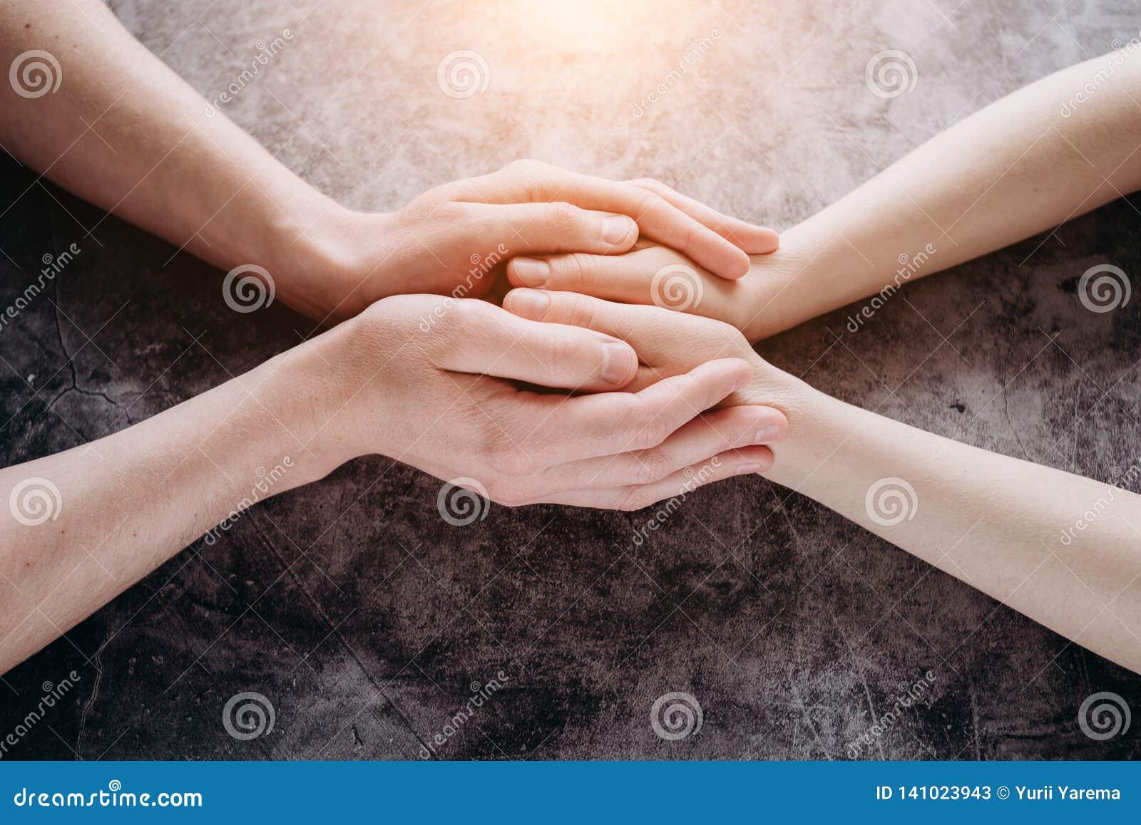 Sluit mening van de handen van de paarholding, houdende van gevende man ondersteunende vrouw, die psychologische steun omhoog gev