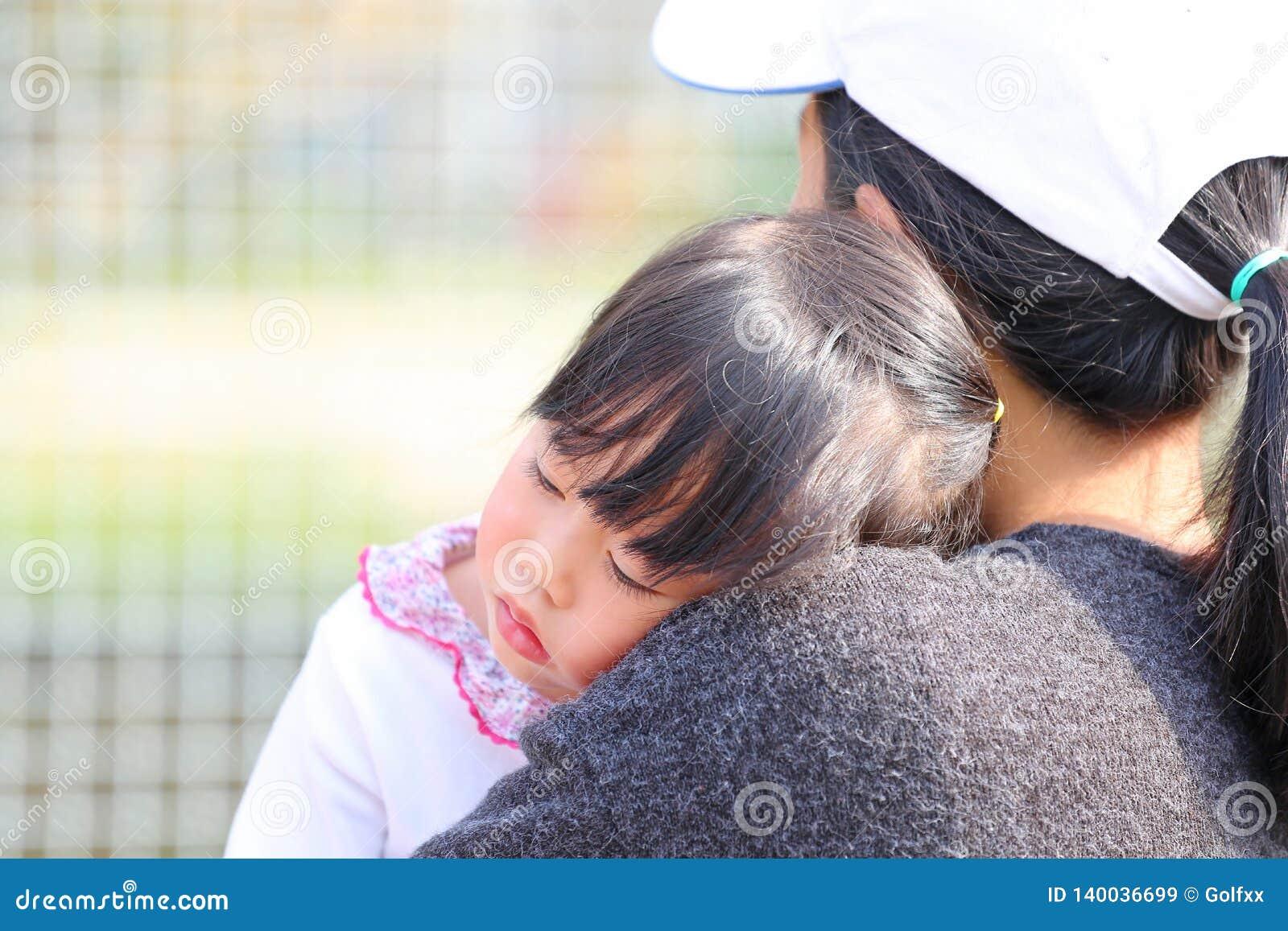 Sluit moeder vervoert omhoog kindmeisje in haar wapens