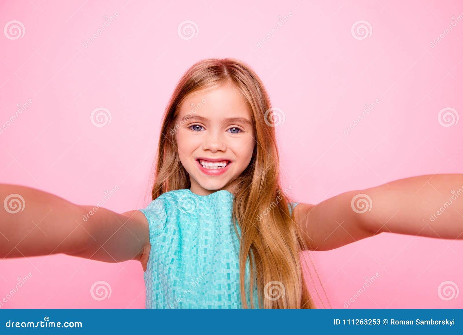 Sluit omhoog beeld van dromerige leuke mooie aanbiddelijk met toothy smil