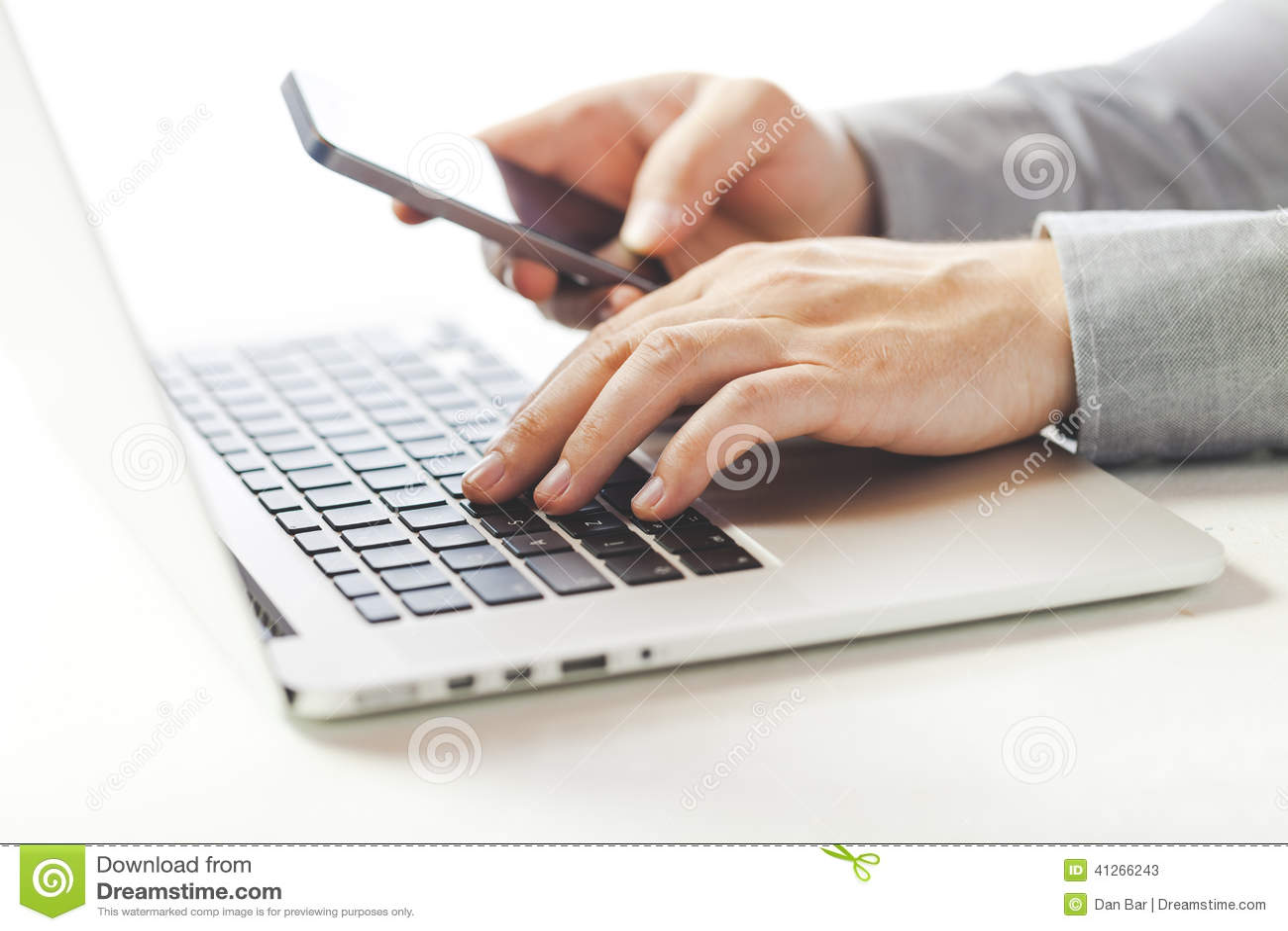 Sluit omhoog beeld van multitasking bedrijfsmens gebruikend laptop en een mobiele telefoon