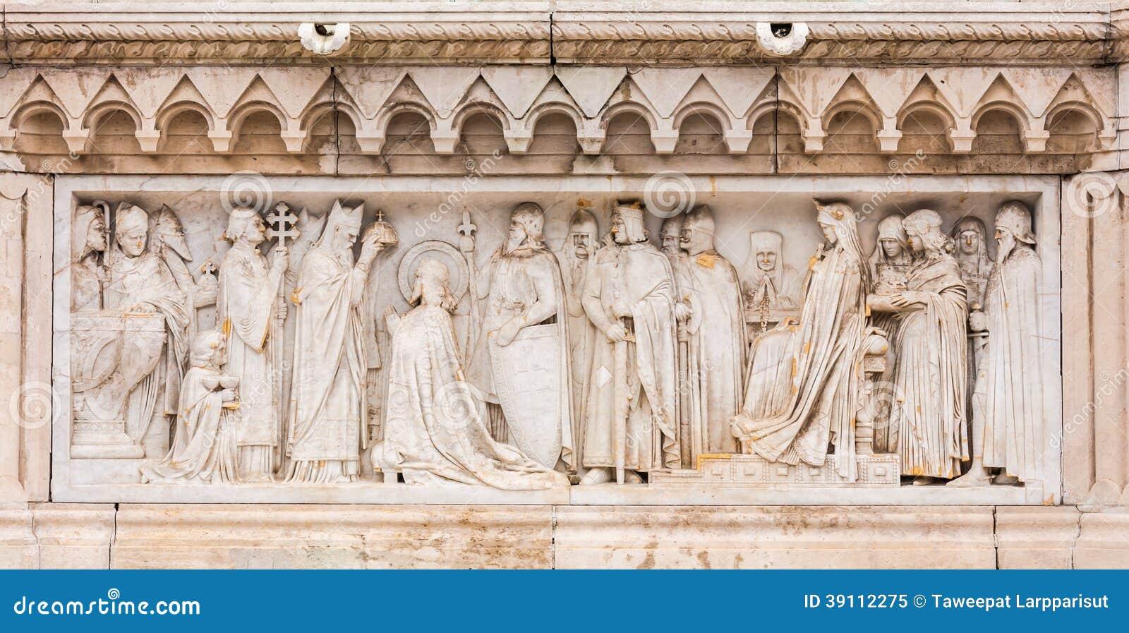 Sluit omhoog bij het snijden kunst onderaan het standbeeld van Koningssaint stephen