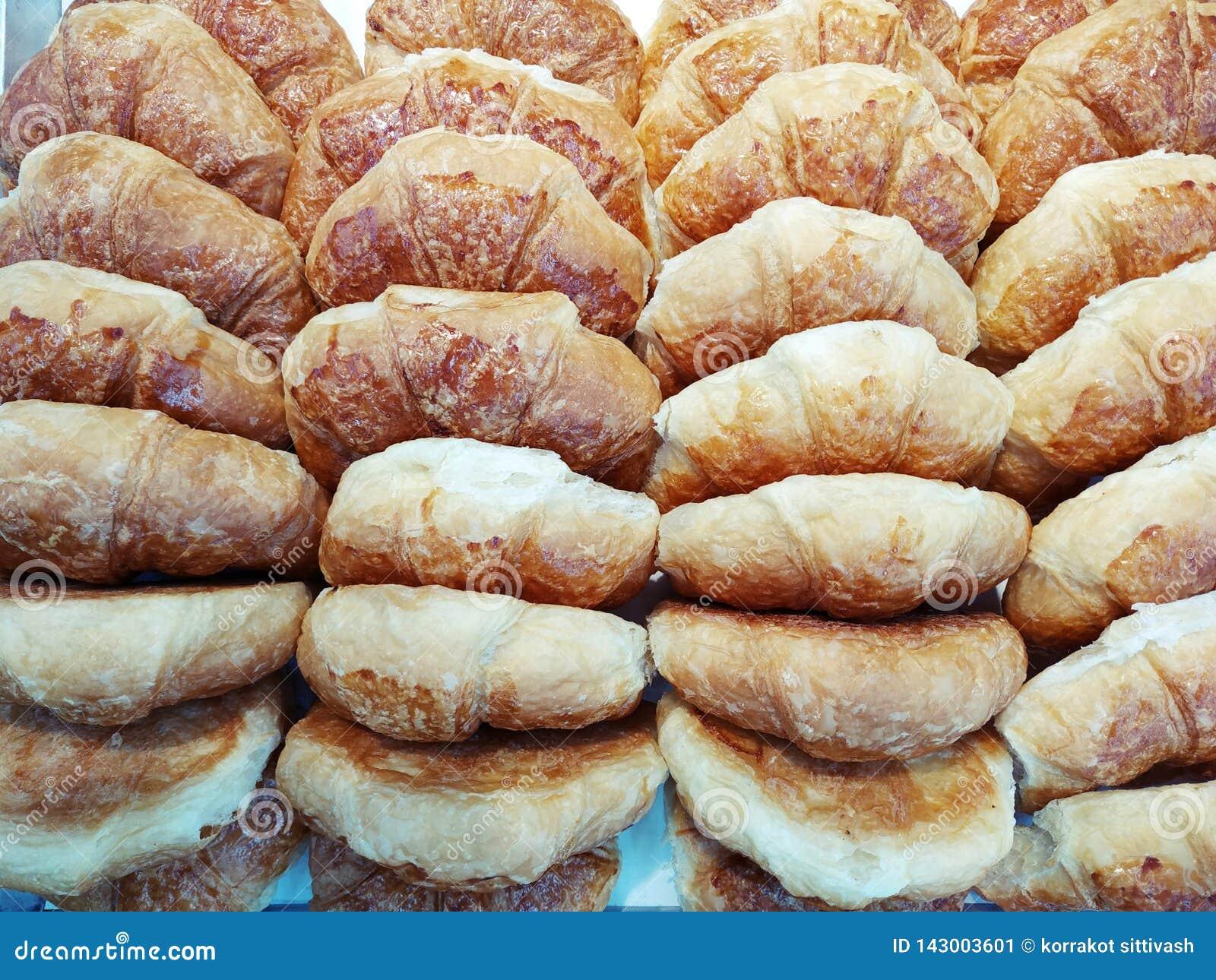 Sluit omhoog croissantbrood in een bakkerijwinkel