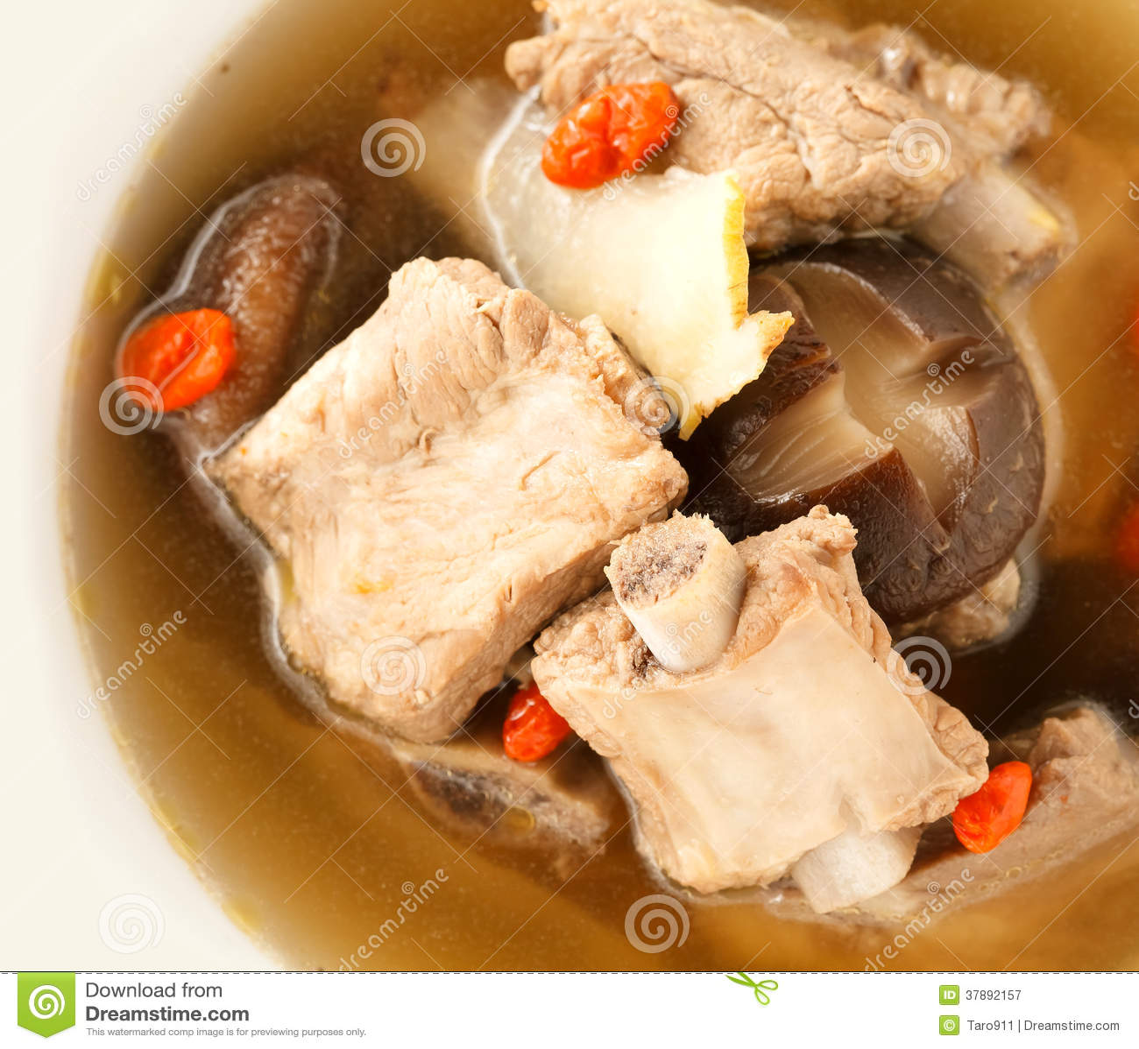 Sluit omhoog de duidelijke soep van Varkensvleesribben