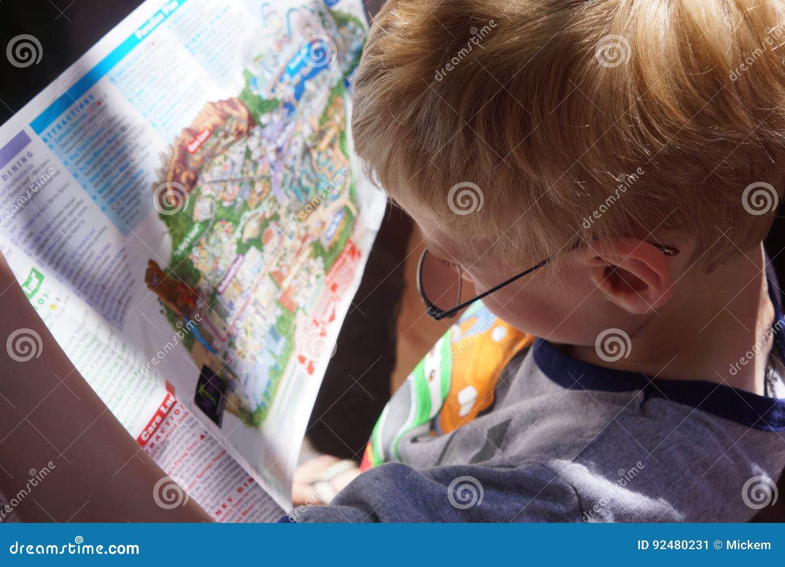 Sluit omhoog de Jonge Kaart van de Jongenslezing
