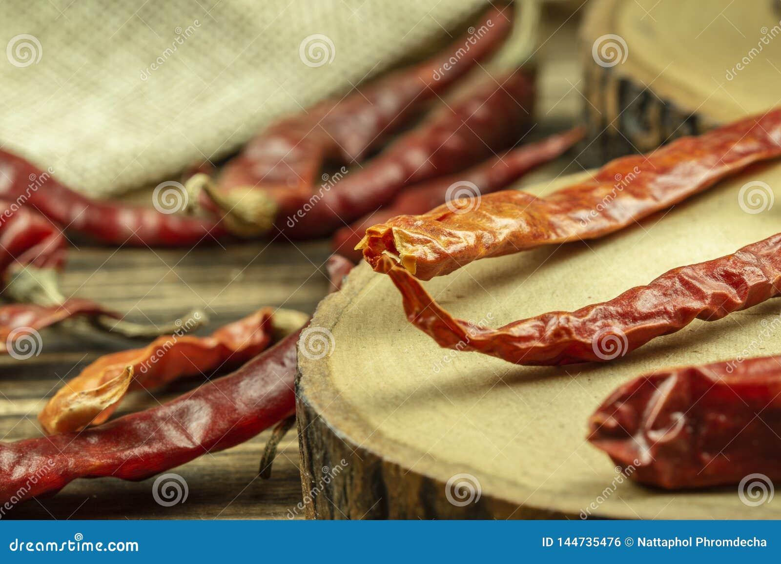 Sluit omhoog droge rode Spaanse pepers op houten lijstachtergrond