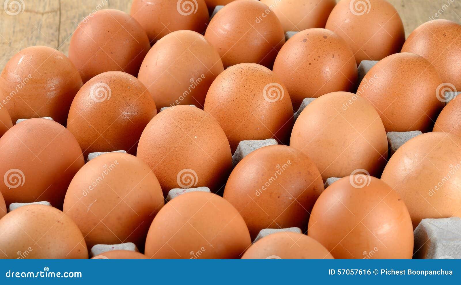 Sluit omhoog ei in pakket op houten achtergrond