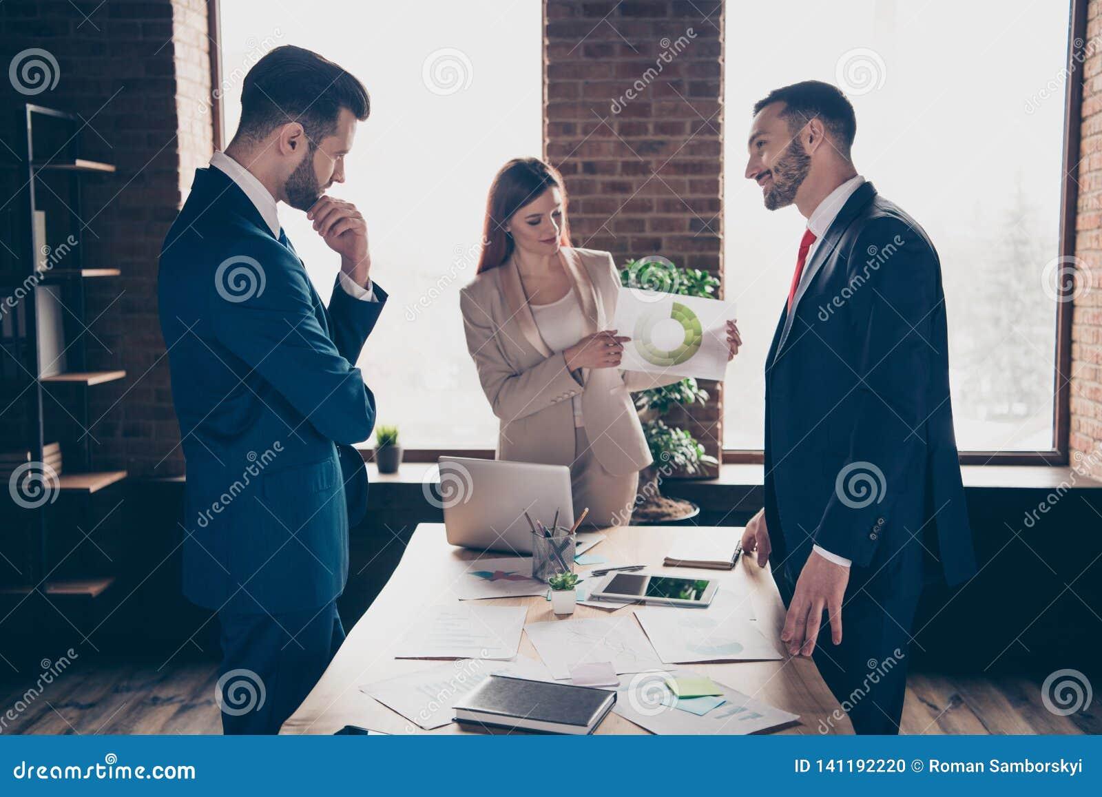 Sluit omhoog foto drie partners zij haar bedrijfsdame hij hem zijn kerel de nieuwe inkomens van het de controleinkomen van het pr