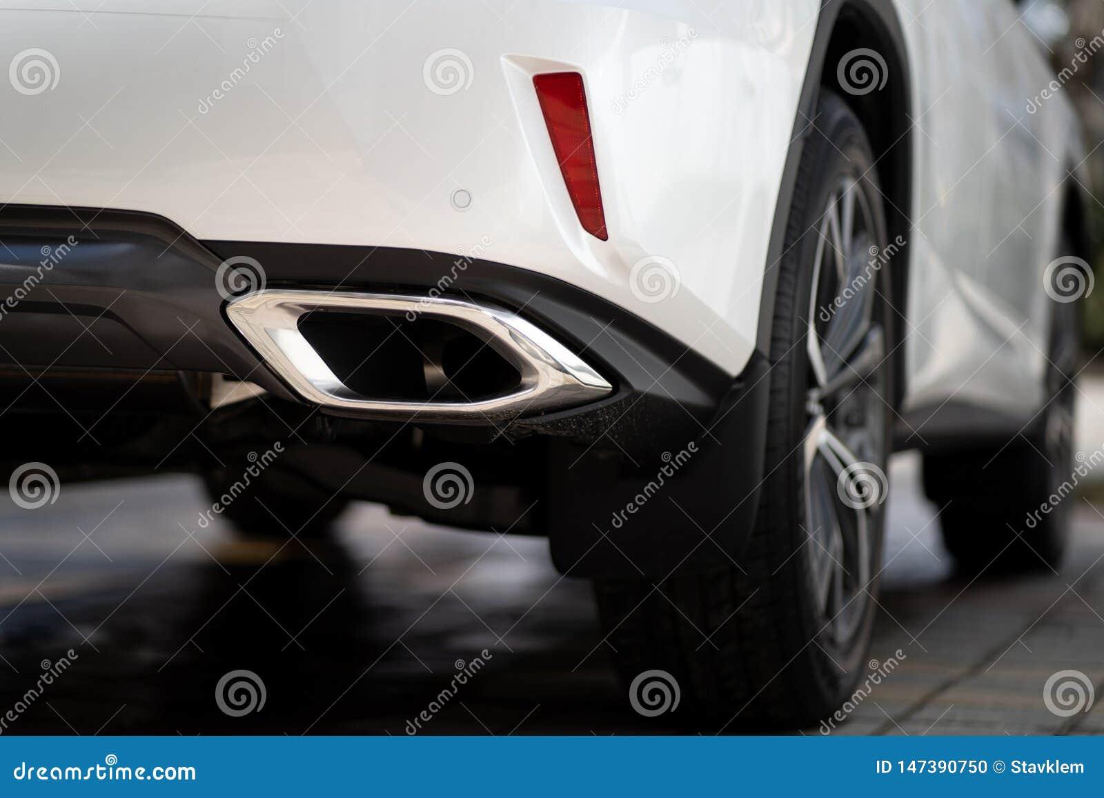 Sluit omhoog foto van de moderne zuigbuis van het ontwerpgeluiddempers van de luxesportwagen suv elegante