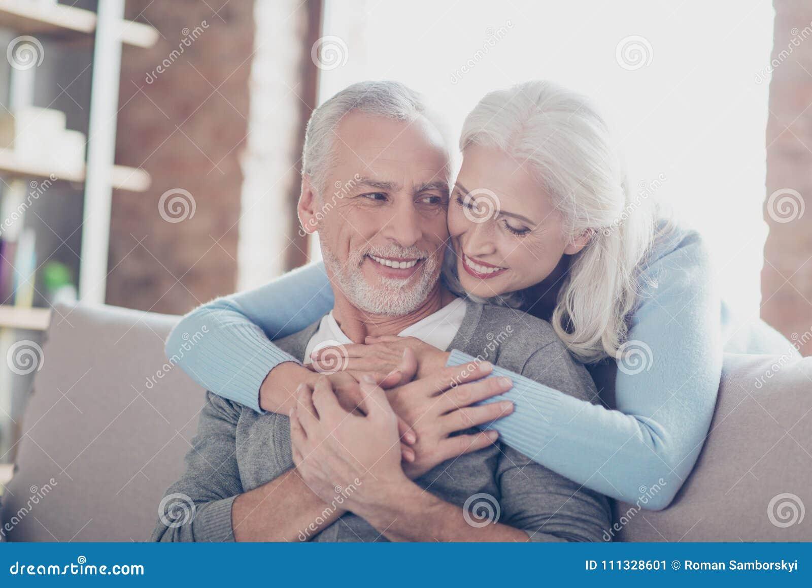 Sluit omhoog foto van gelukkig blij mooi paar van oude mensen wh