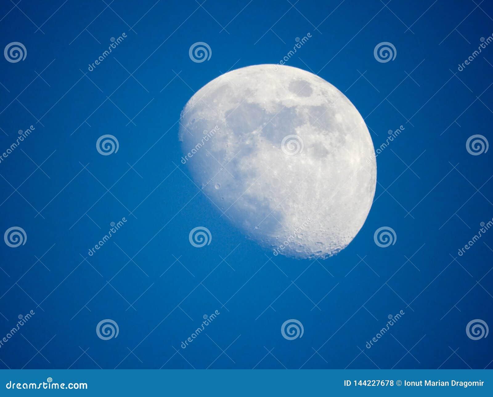 Sluit omhoog foto van maan met een blauwe hemel
