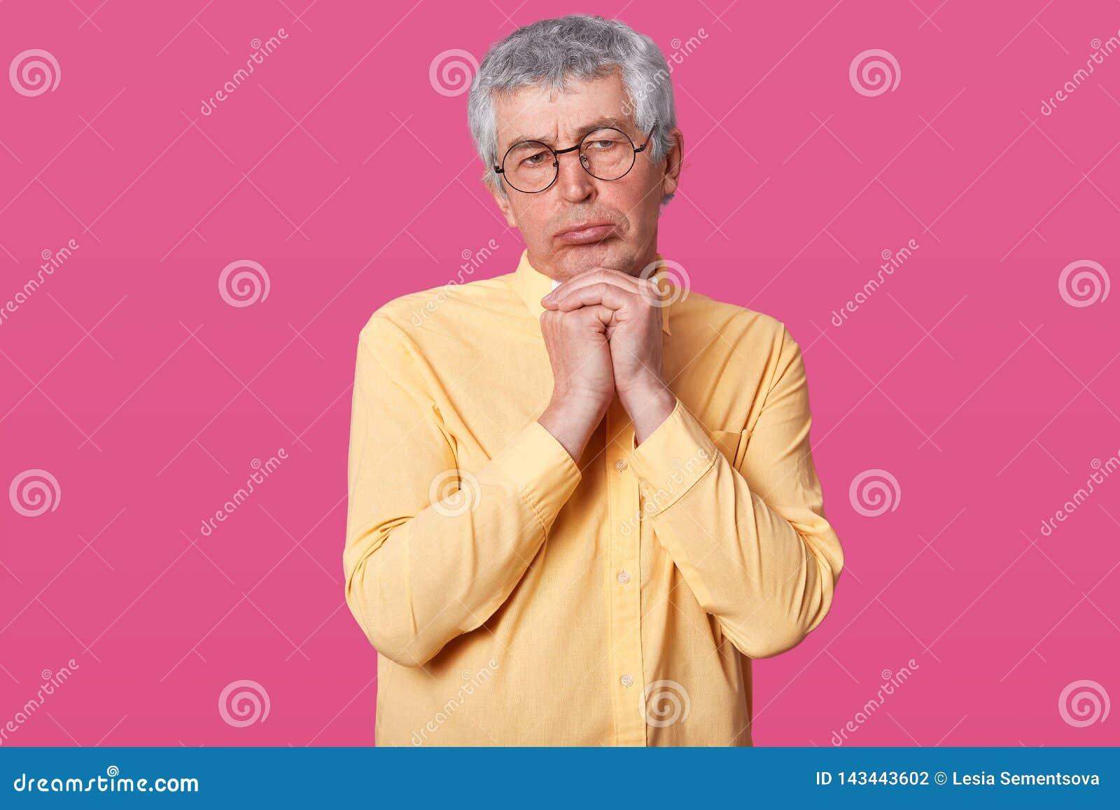 Sluit omhoog geschoten van bejaarde met rimpels op gezicht, pouty lippen, kijkt beledigd, toont boze gezichts expressiondisconten