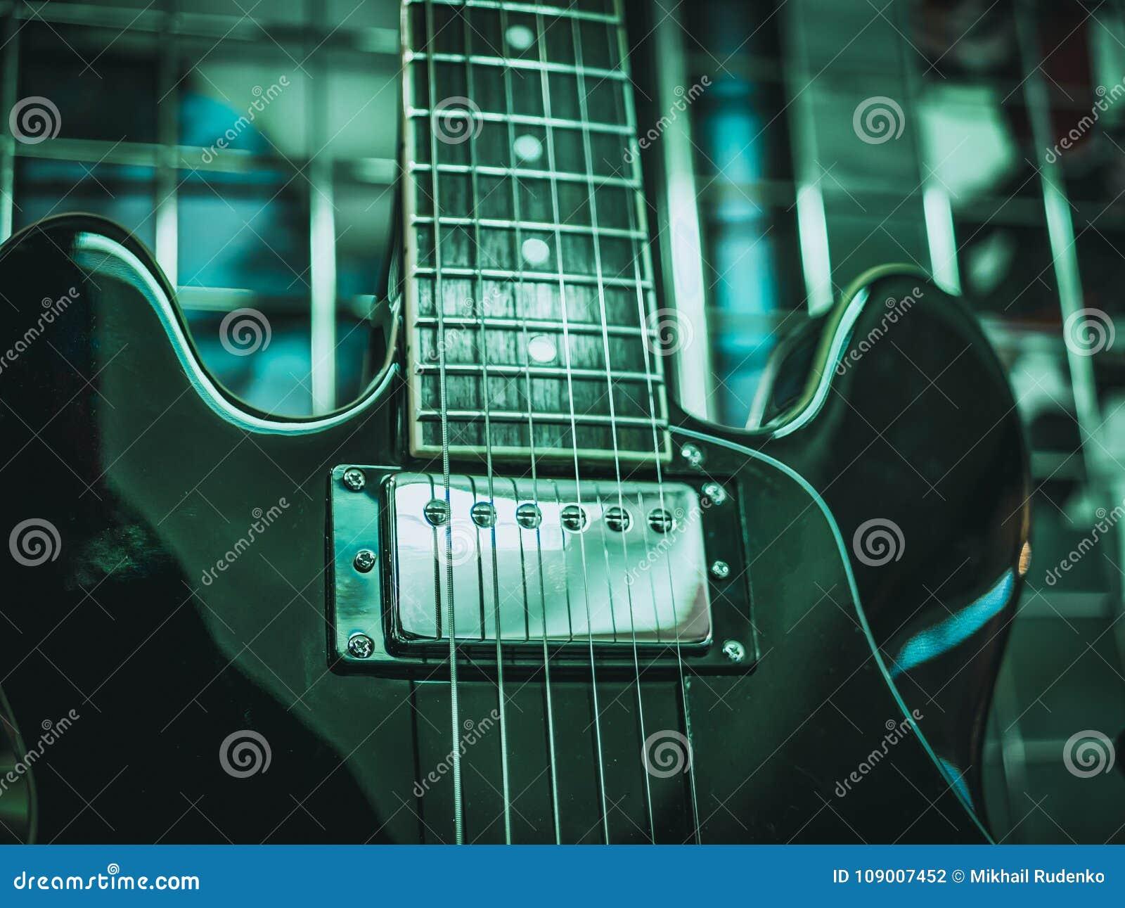 Sluit omhoog geschoten van elektrische gitaarkoorden